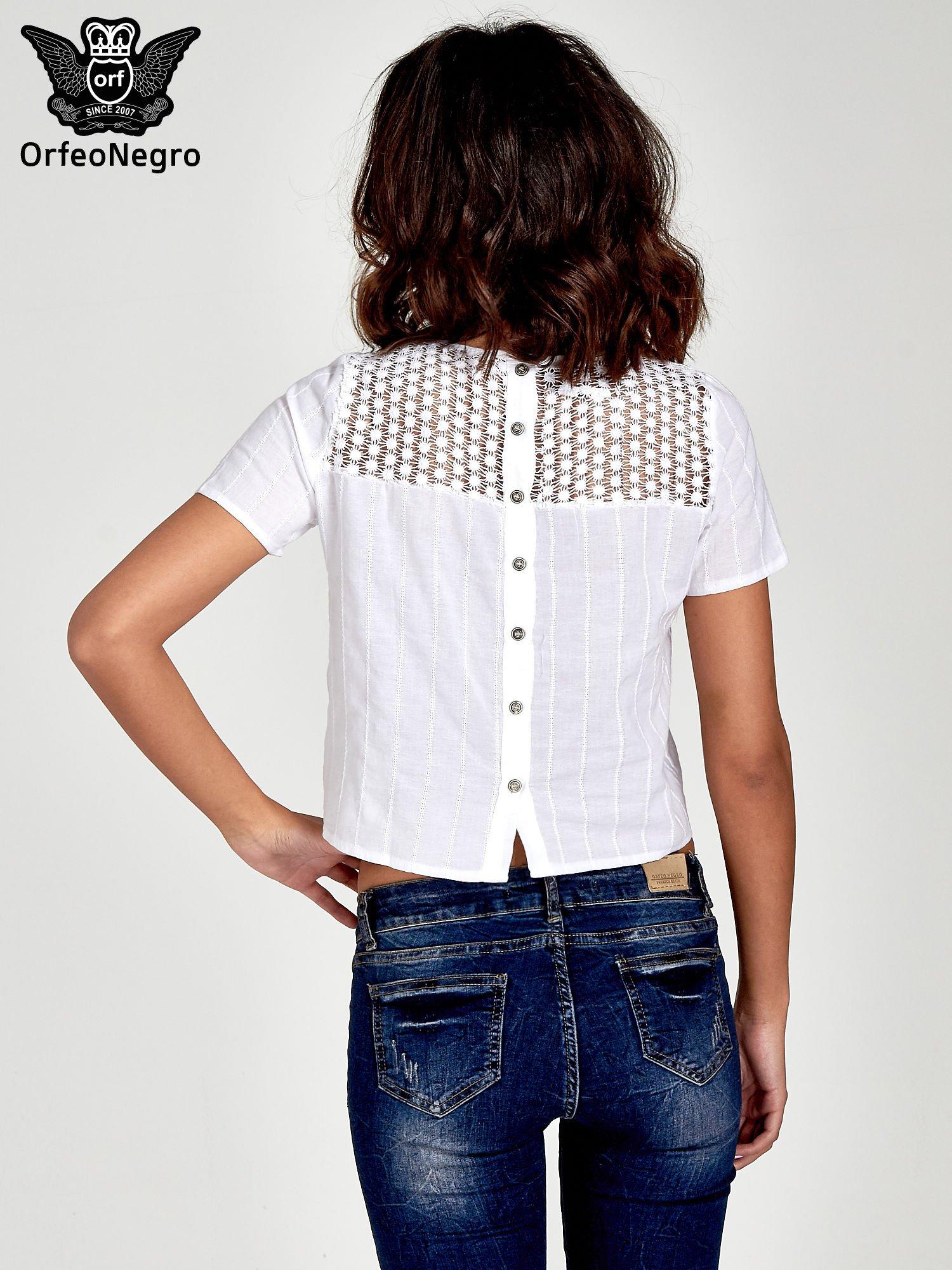 Biały krótki t-shirt z gipiurą                                  zdj.                                  4