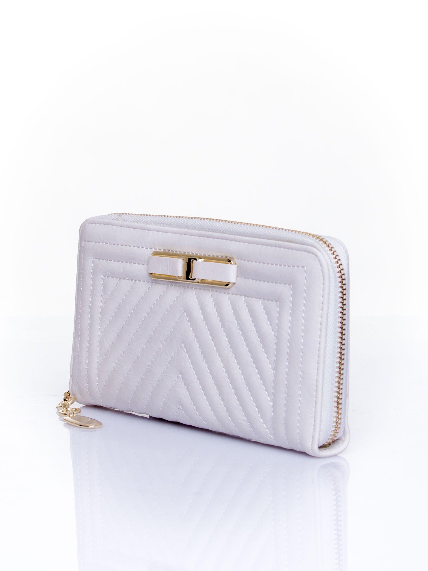 Biały pikowany portfel z ozdobną klamerką                                  zdj.                                  3