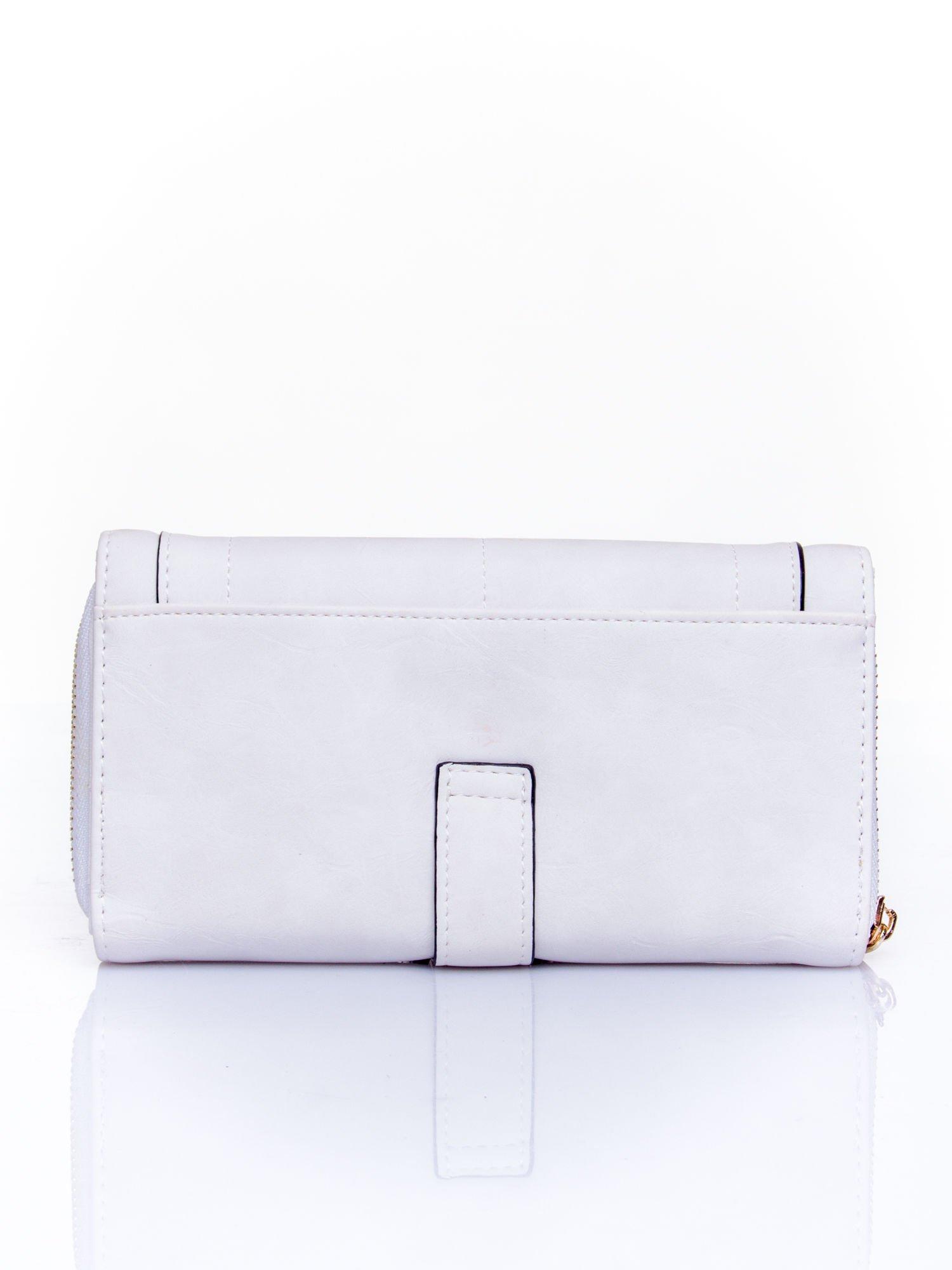 Biały portfel z dżetami i ozdobnym zapięciem                                  zdj.                                  2