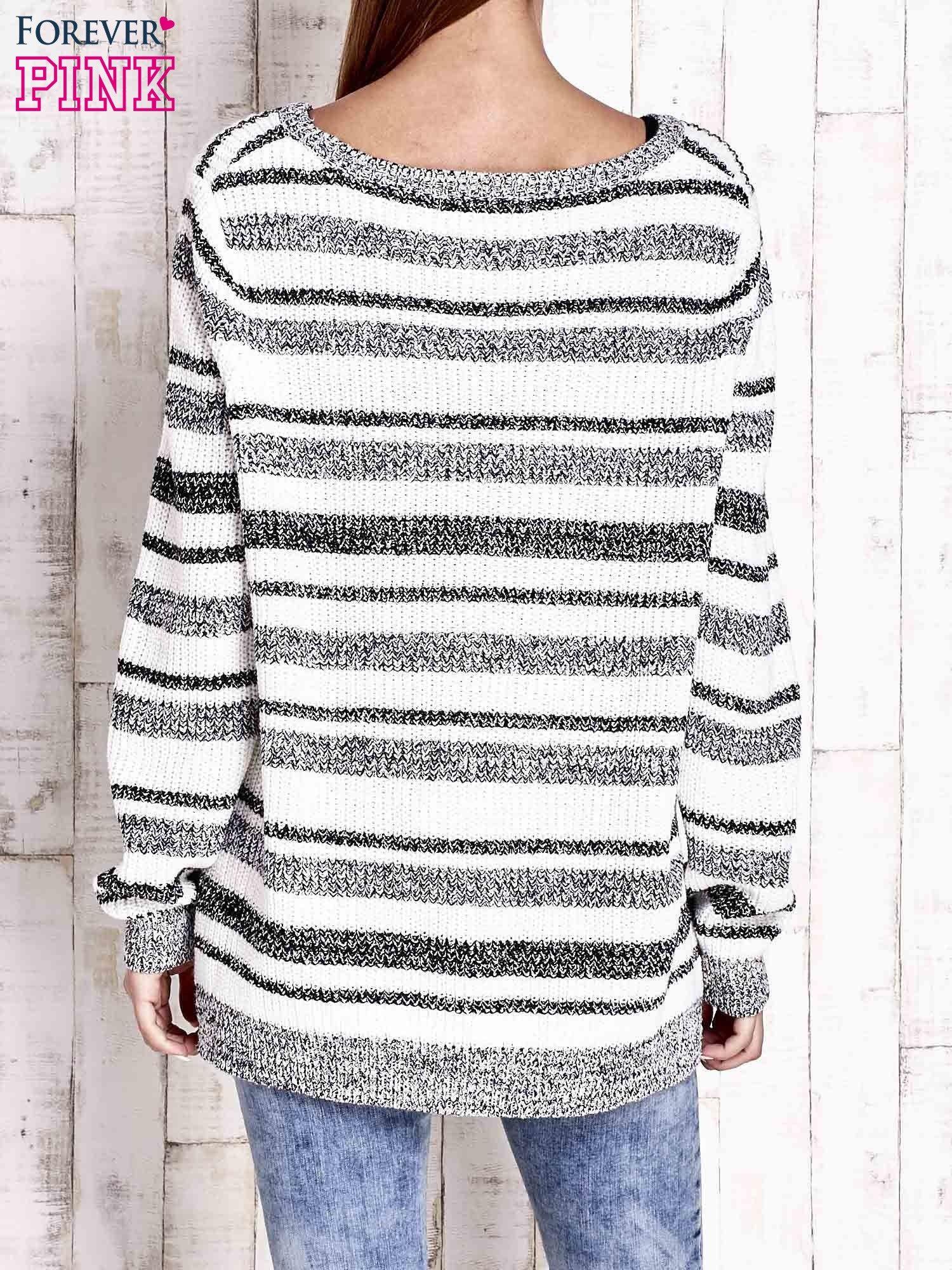 Biały sweter oversize w melanżowe paski                                  zdj.                                  4