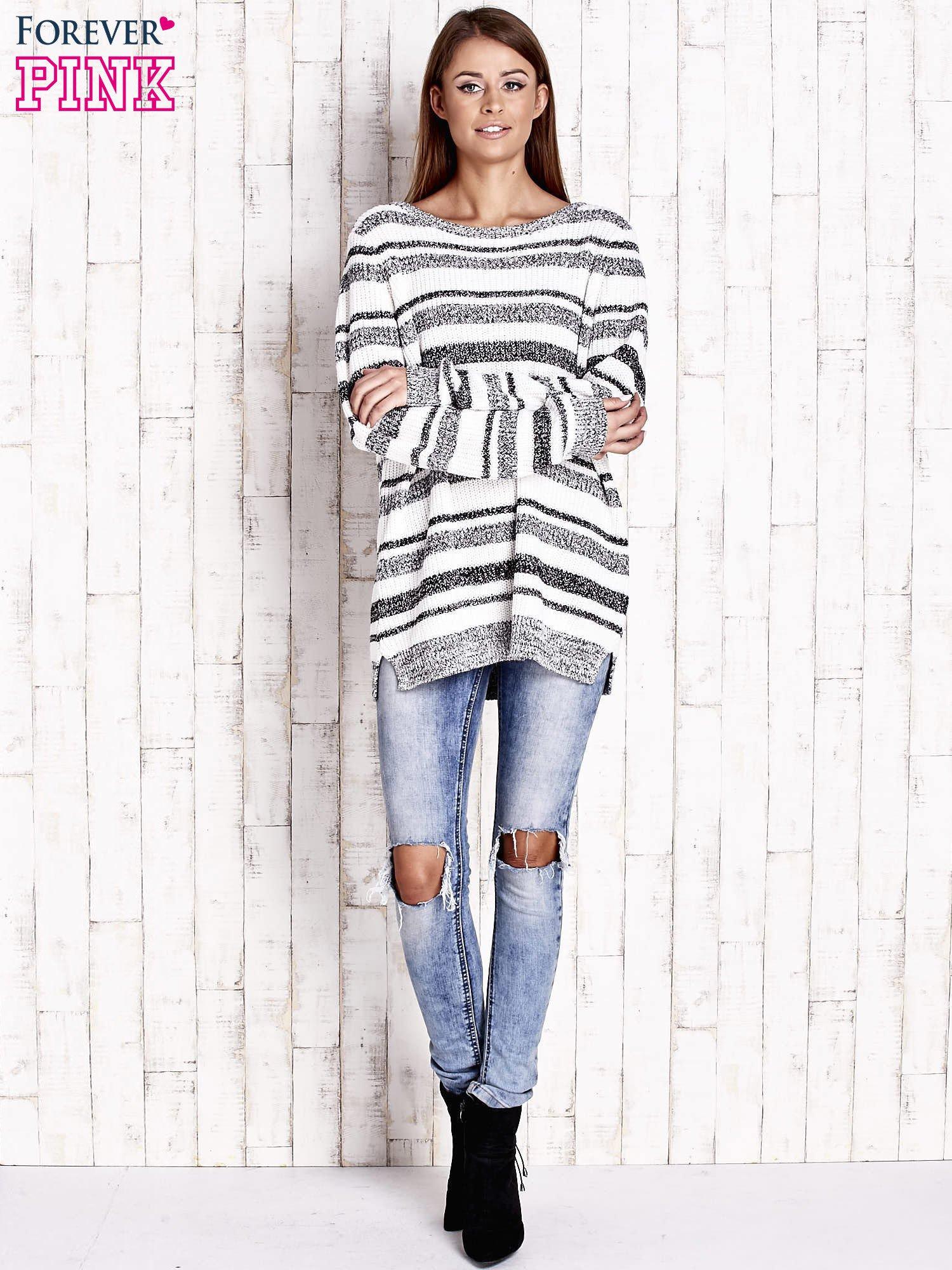 Biały sweter oversize w melanżowe paski                                  zdj.                                  2