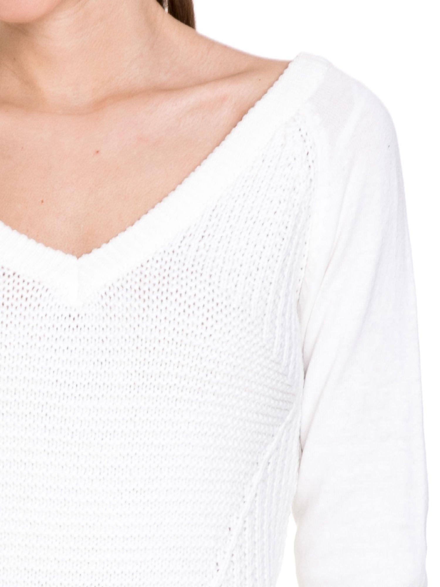 Biały sweter z dwustronnym dekoltem w serek                                  zdj.                                  5