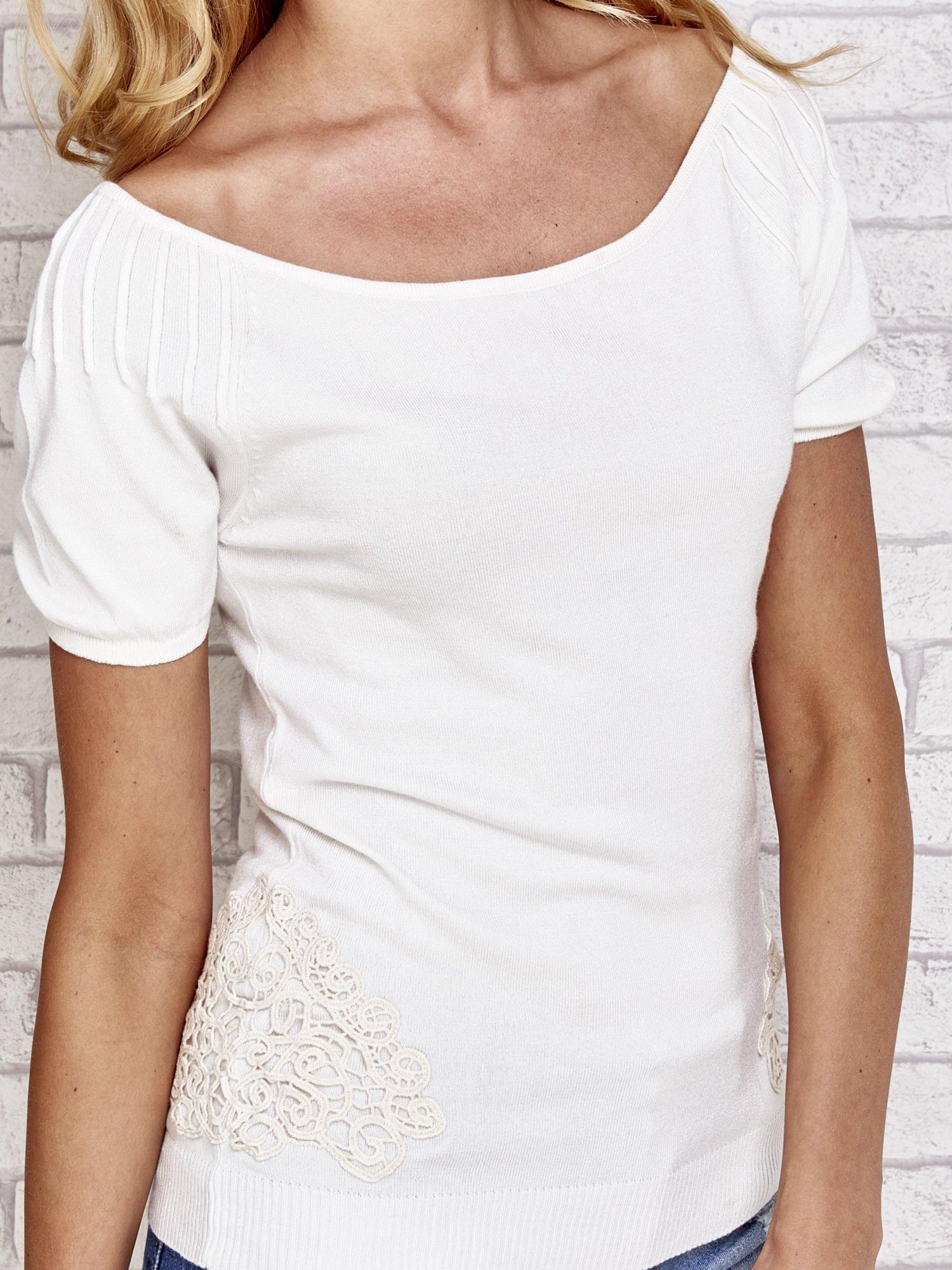 Biały sweterek z opadającymi ramionami                                  zdj.                                  5