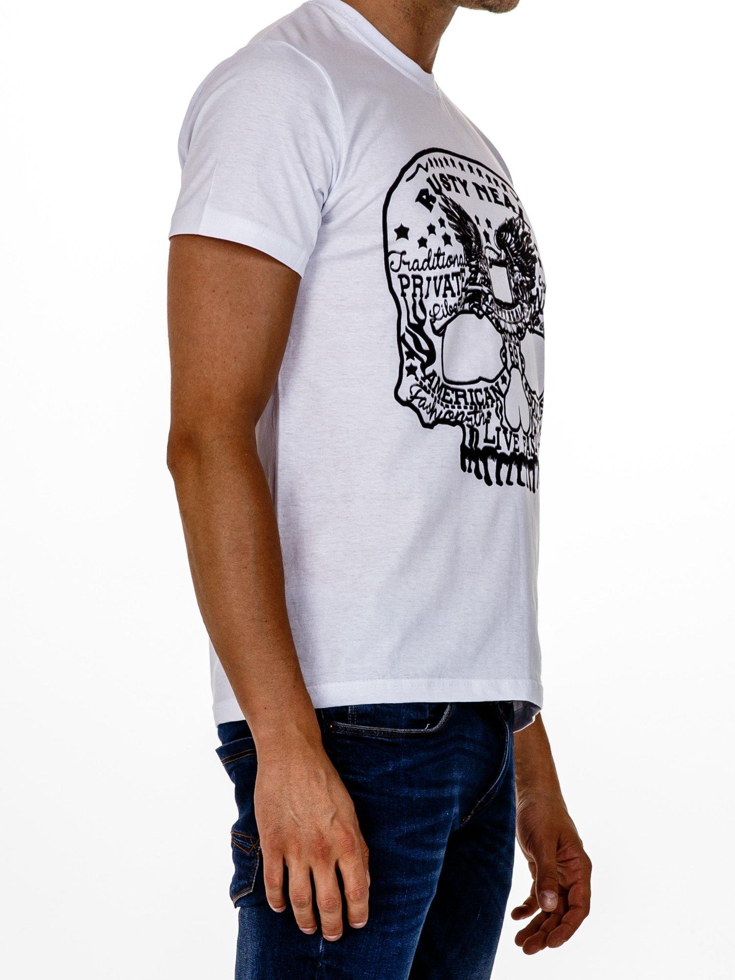 Biały t-shirt męski z nadrukiem czaszki i napisami                                  zdj.                                  3