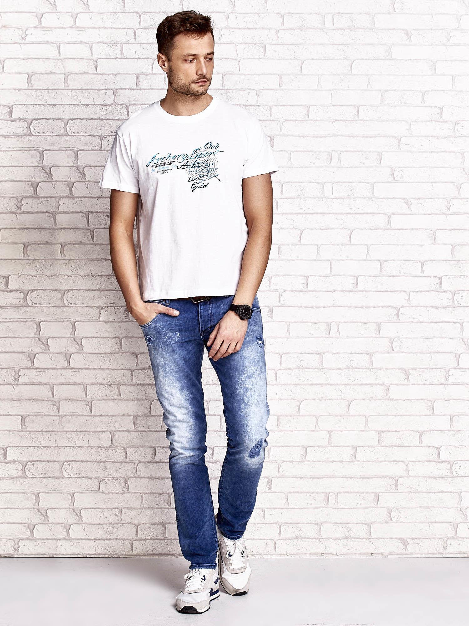 Biały t-shirt męski ze sportowym nadrukiem i napisami                                  zdj.                                  5