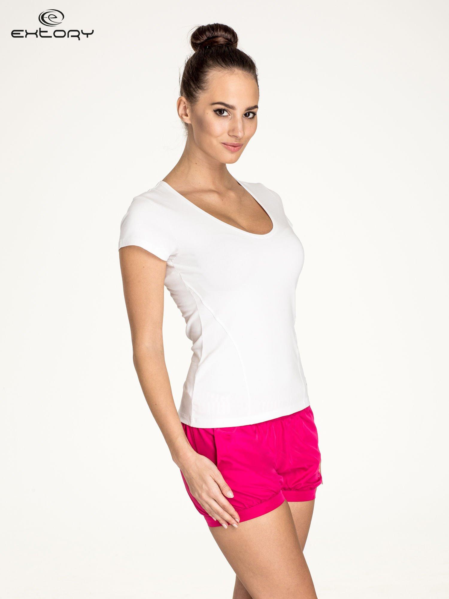 Biały t-shirt sportowy z dekoltem U                                  zdj.                                  3