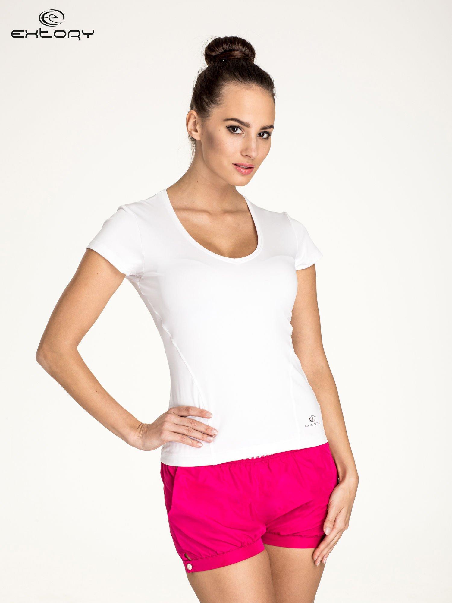 Biały t-shirt sportowy z dekoltem U                                  zdj.                                  1