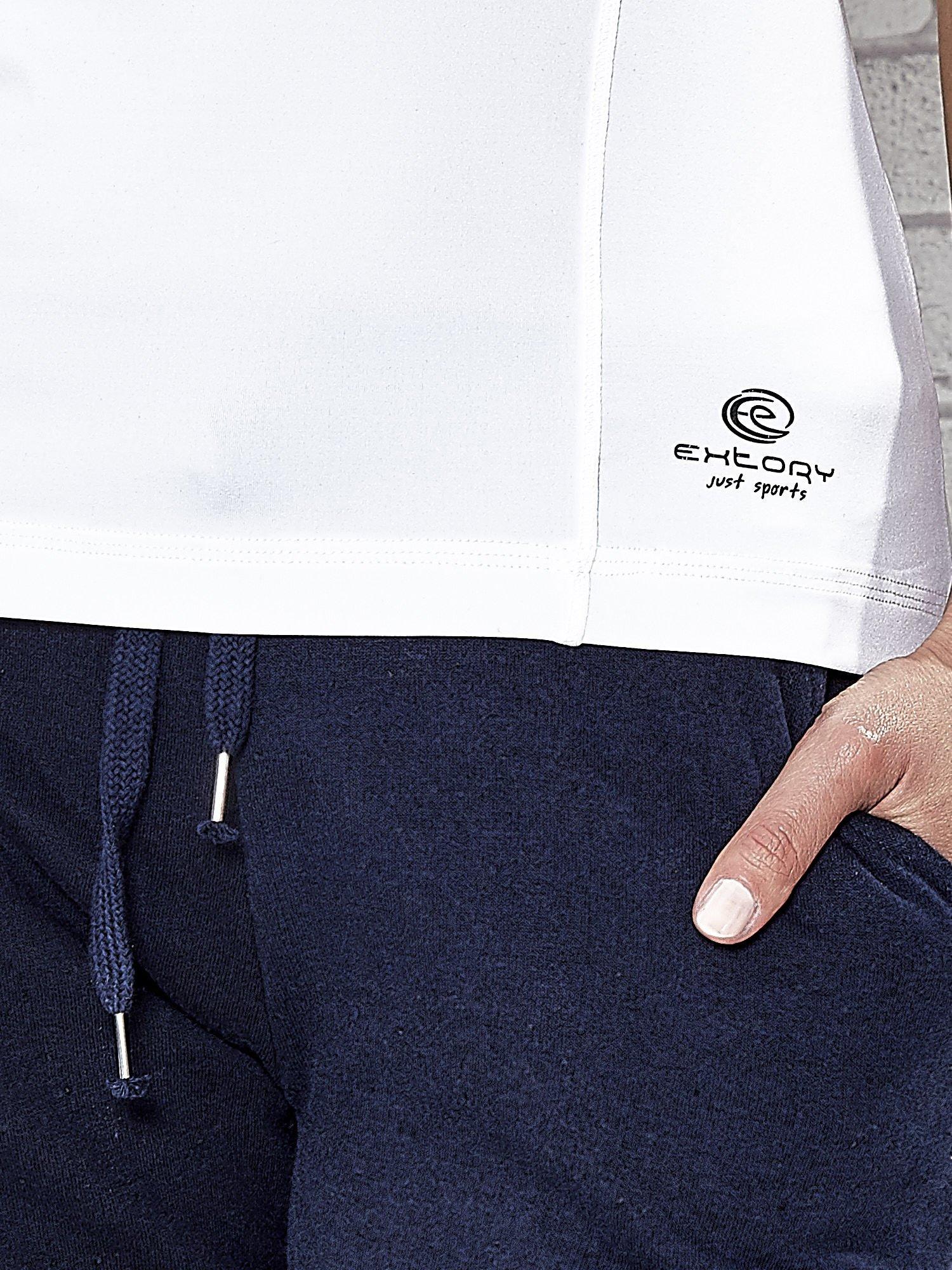 Biały t-shirt sportowy z dekoltem w lekkie V                                  zdj.                                  6