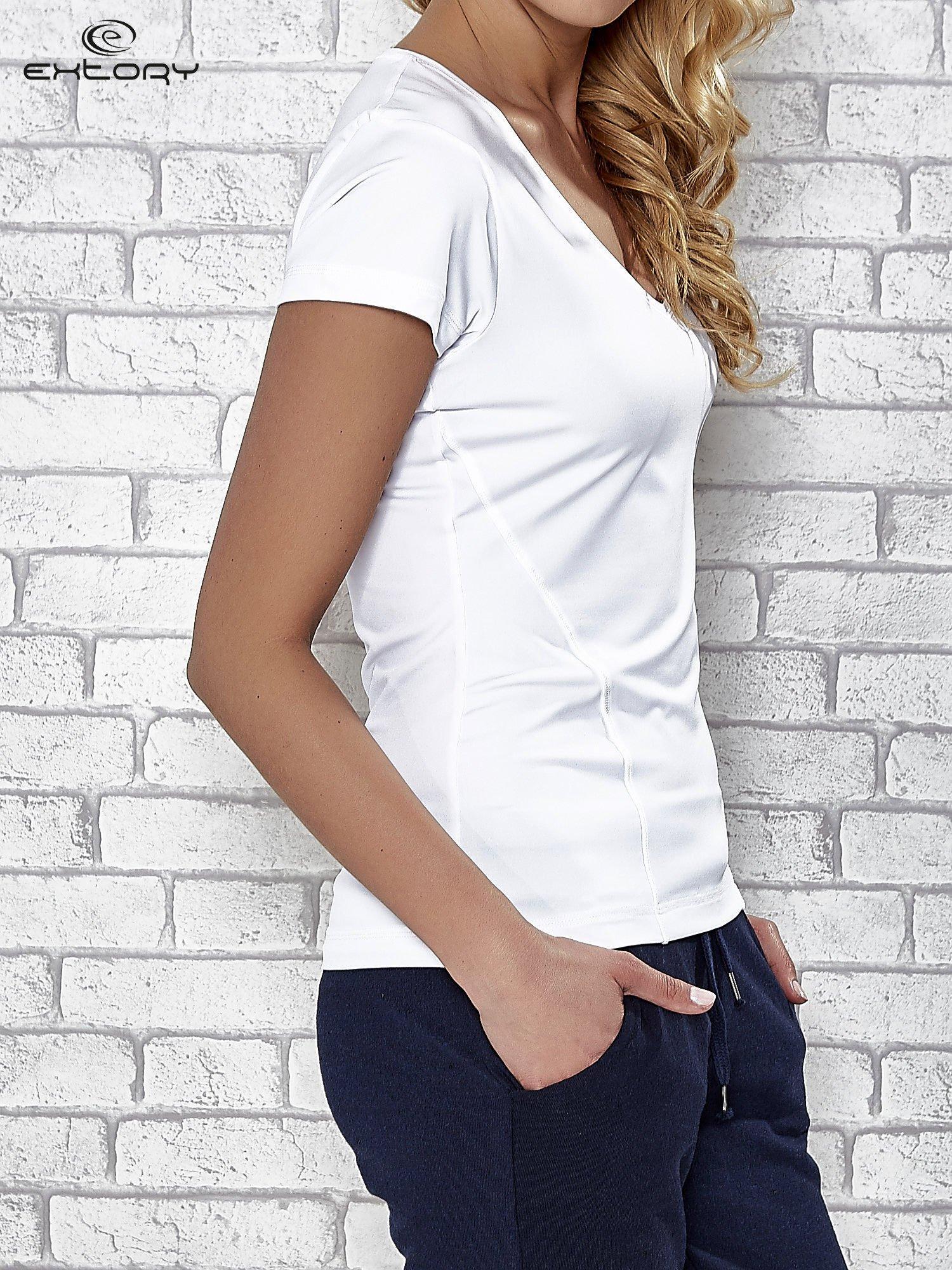Biały t-shirt sportowy z dekoltem w lekkie V                                  zdj.                                  3