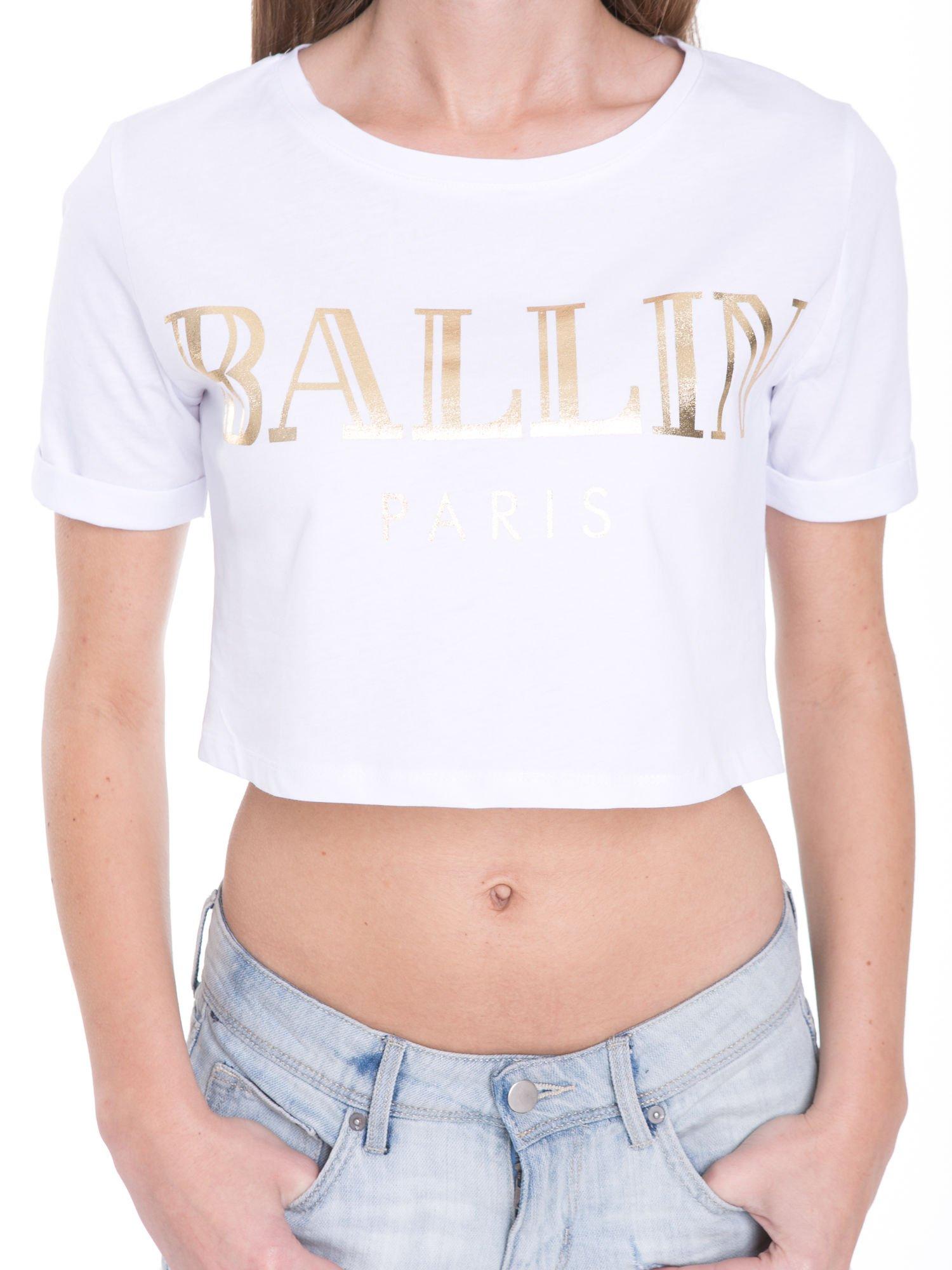Biały t-shirt typu crop top ze złotym napisem BALLIN PARIS                                  zdj.                                  6