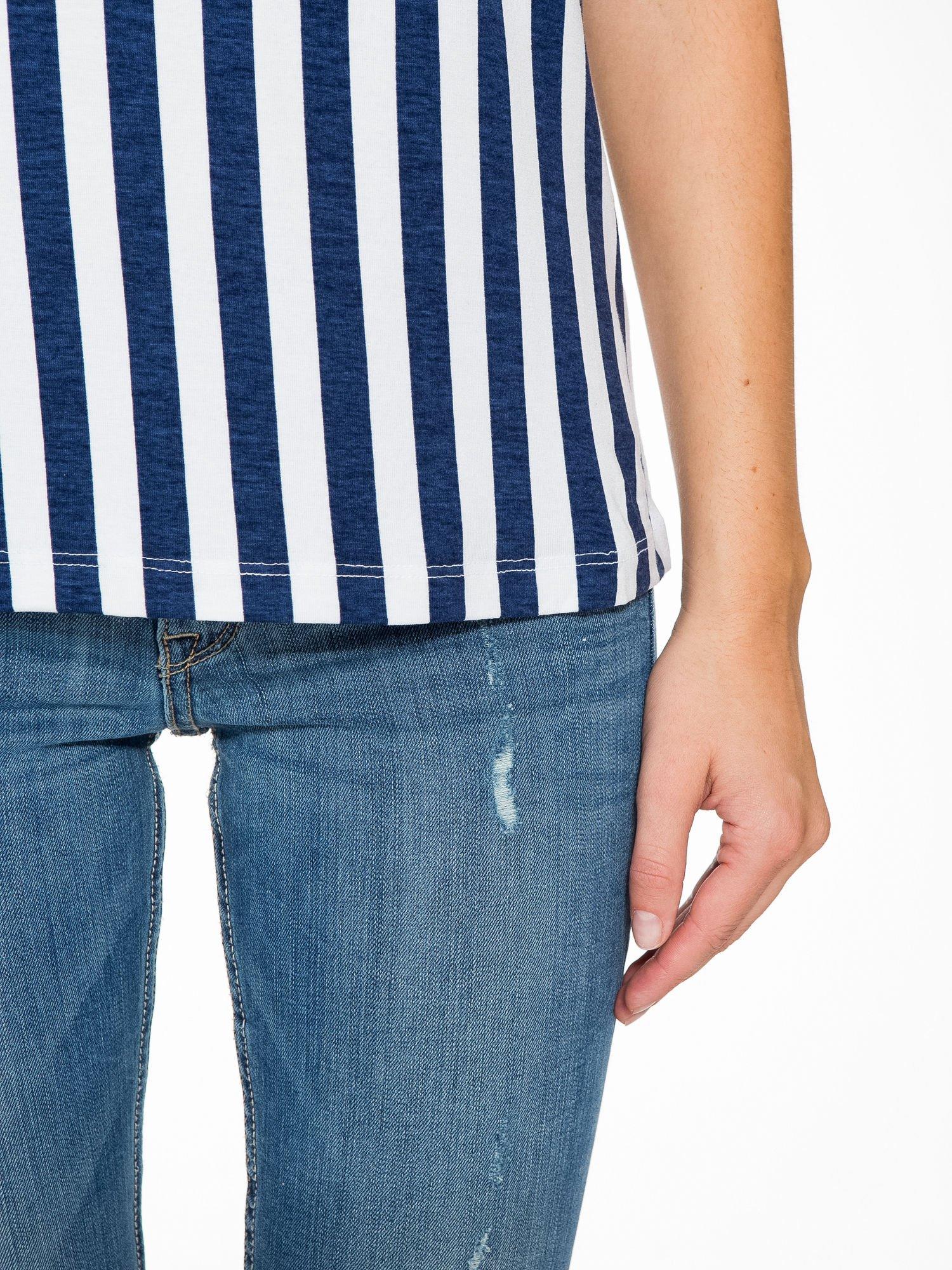Biały t-shirt w paski z ażurowym karczkiem                                  zdj.                                  6