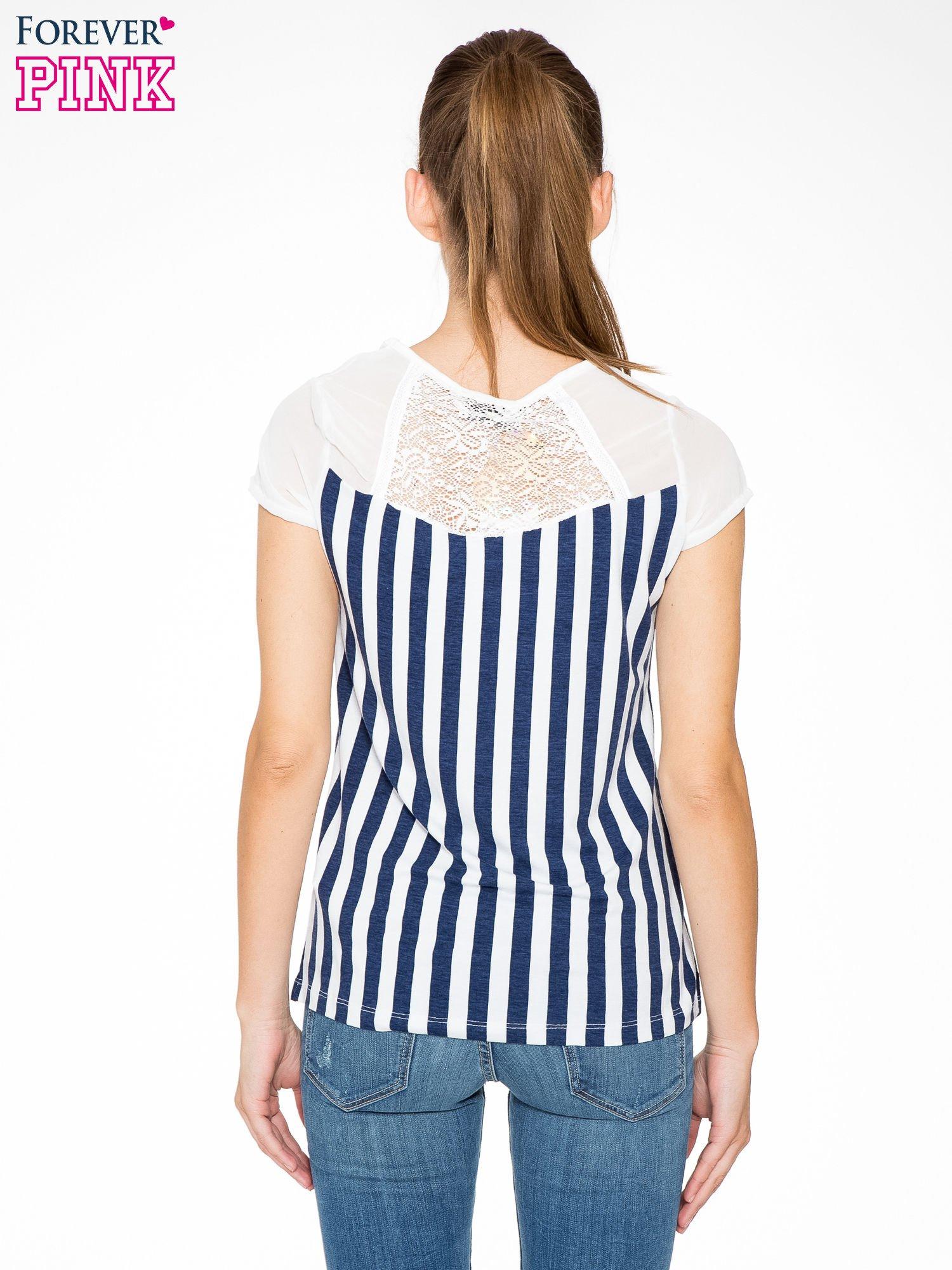 Biały t-shirt w paski z ażurowym karczkiem                                  zdj.                                  4