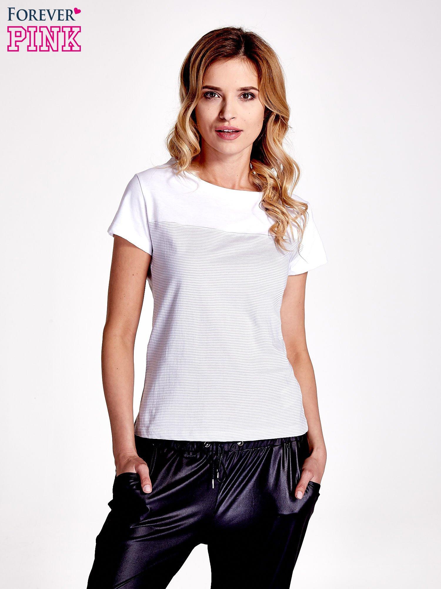 Biały t-shirt w poziome szare paski                                  zdj.                                  1