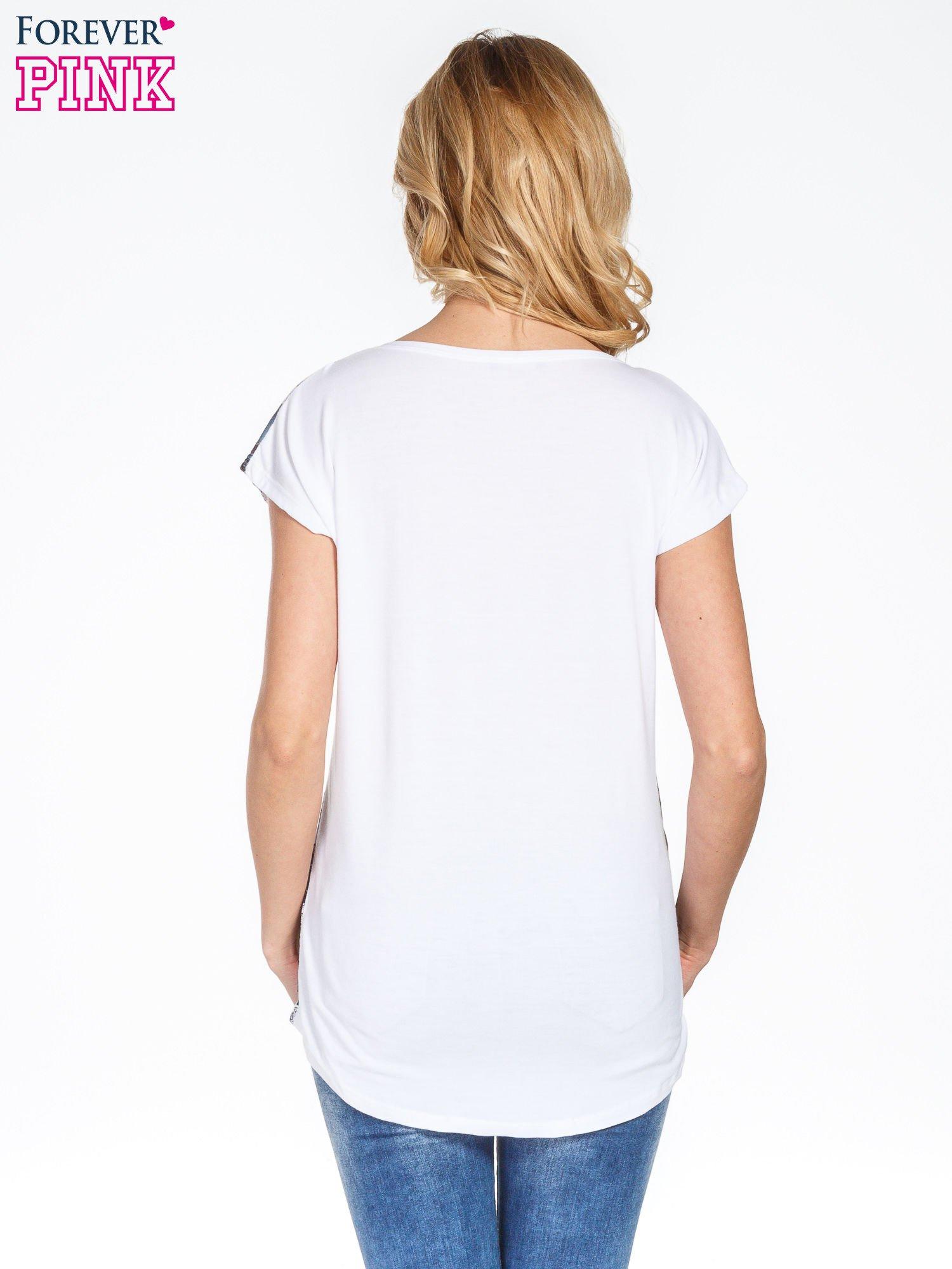 Biały t-shirt we wzór kwiatowy                                  zdj.                                  4