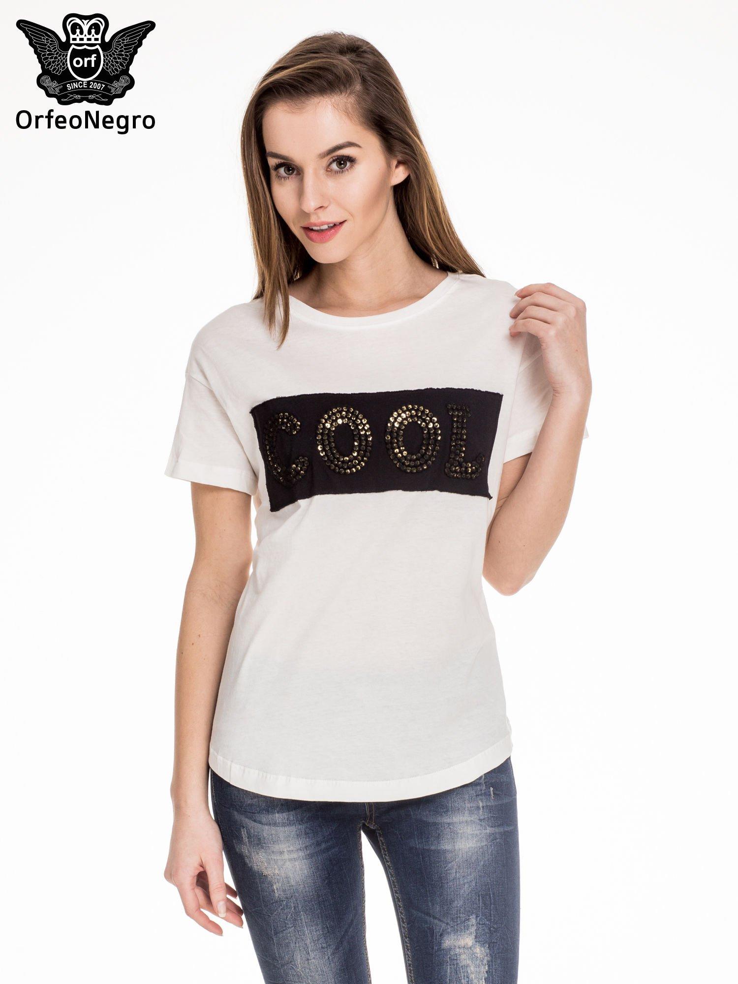 Biały t-shirt z aplikacją COOL z cekinów                                  zdj.                                  1