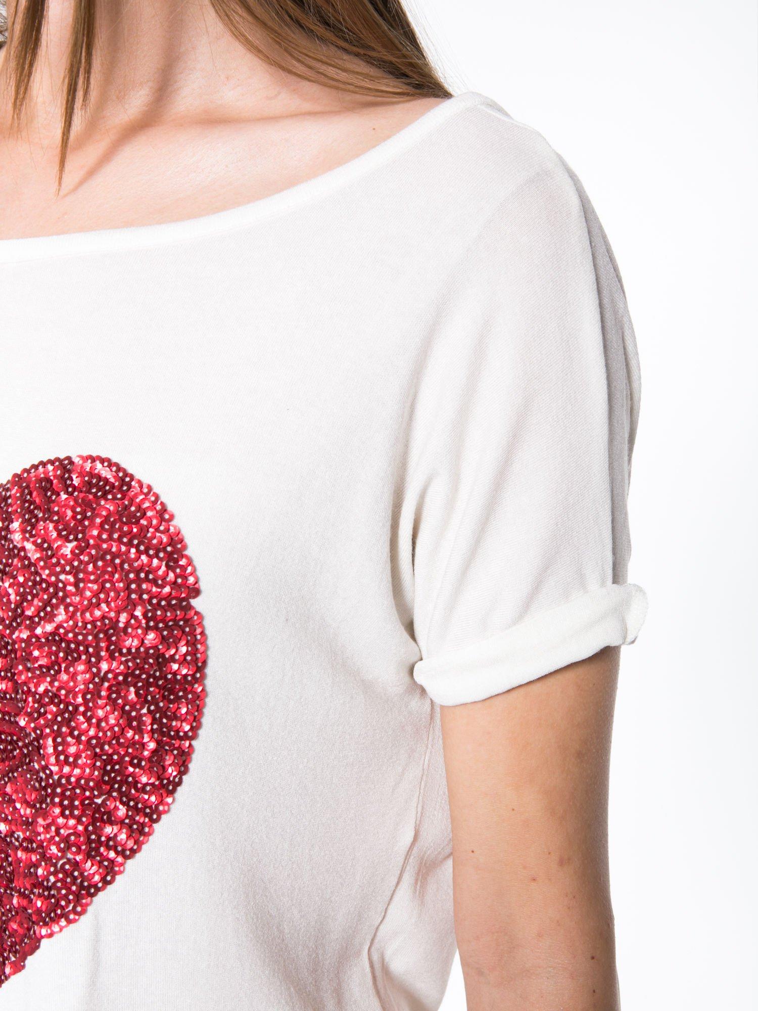 Biały t-shirt z czerwonym sercem z cekinów                                  zdj.                                  5