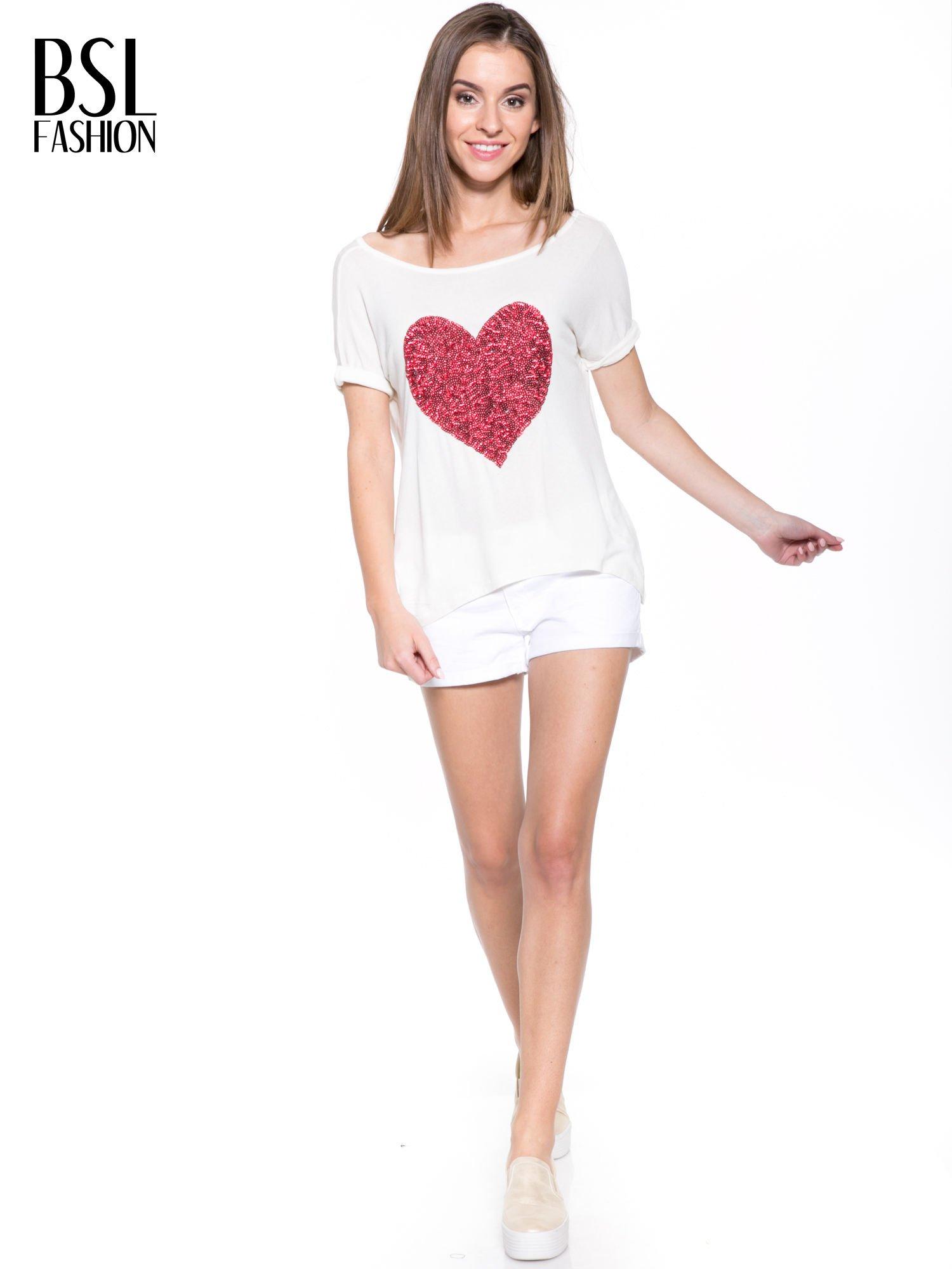 Biały t-shirt z czerwonym sercem z cekinów                                  zdj.                                  6
