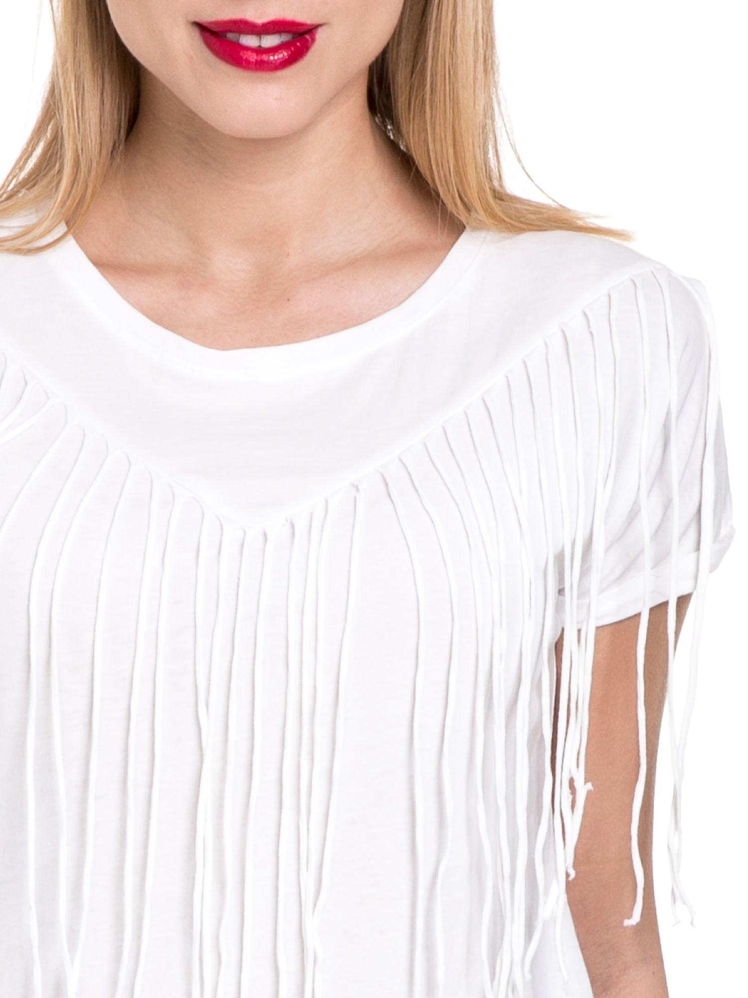Biały t-shirt z frędzlami z przodu                                  zdj.                                  5
