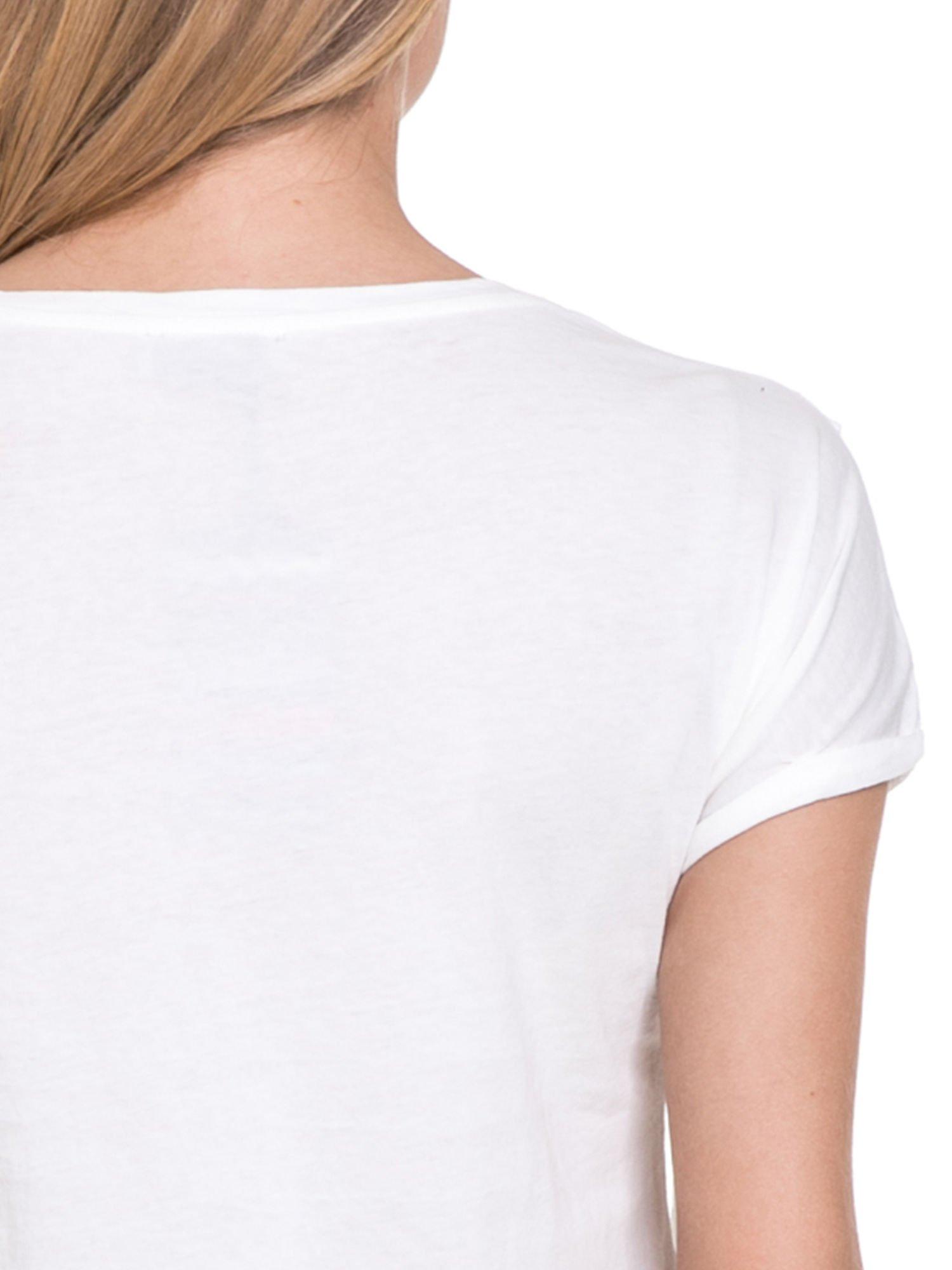 Biały t-shirt z frędzlami z przodu                                  zdj.                                  6