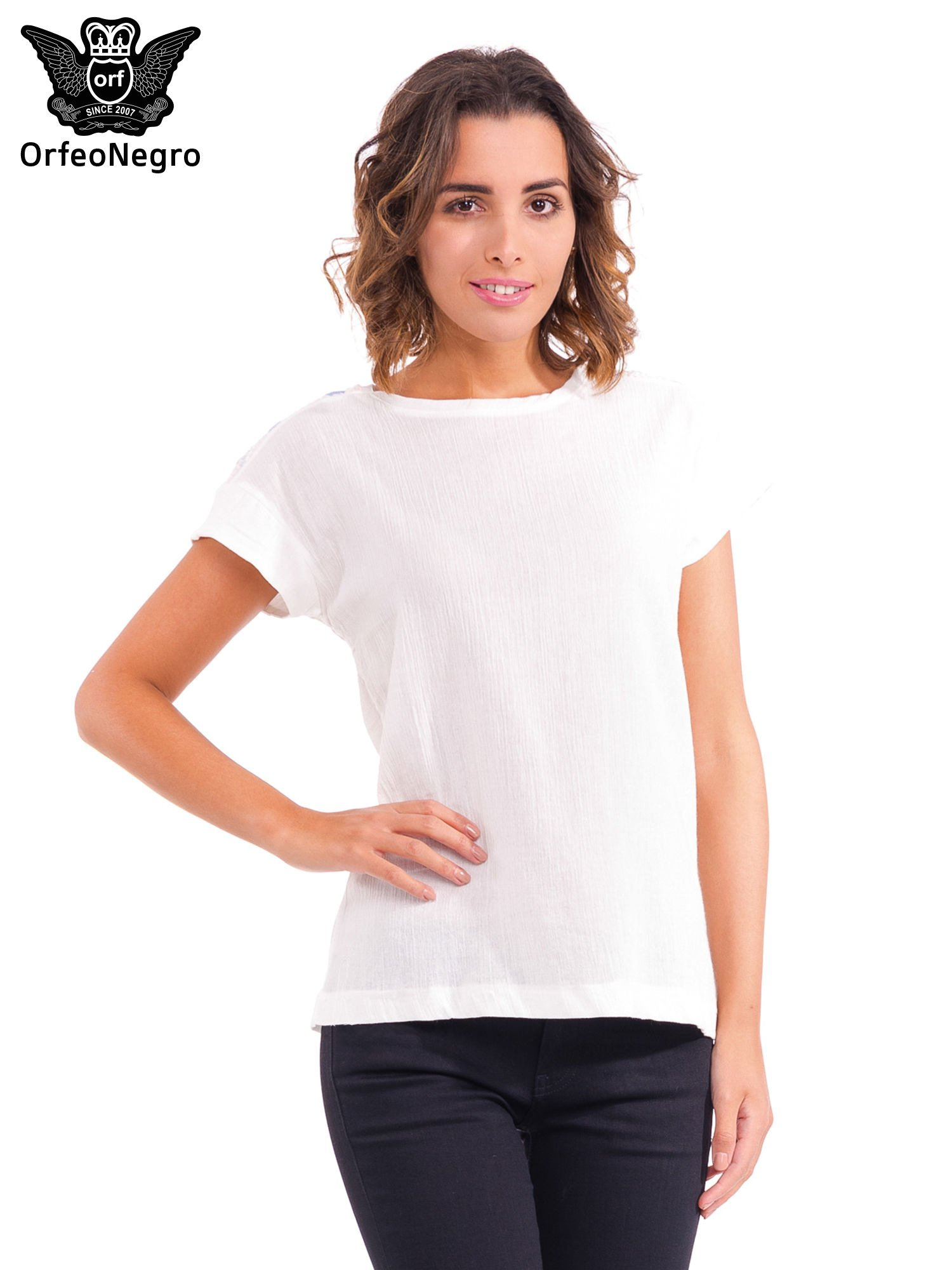 Biały t-shirt z haftem na plecach zdobionym cekinami                                   zdj.                                  1