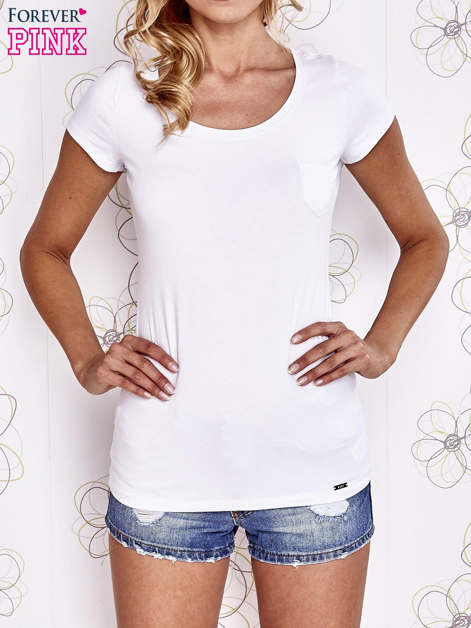 Biały t-shirt z kieszonką i koronkowym tyłem                                  zdj.                                  1