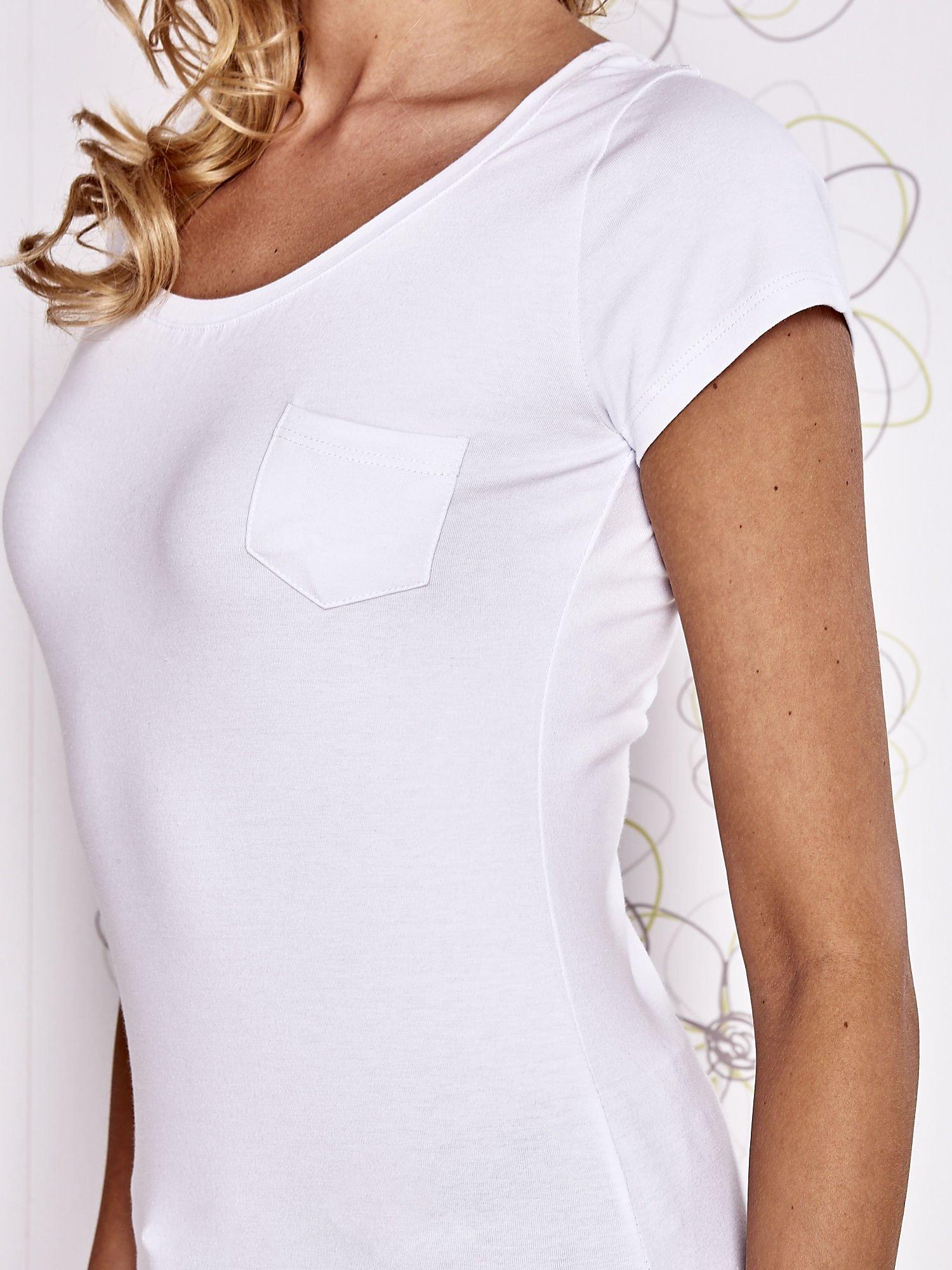 Biały t-shirt z kieszonką i koronkowym tyłem                                  zdj.                                  5