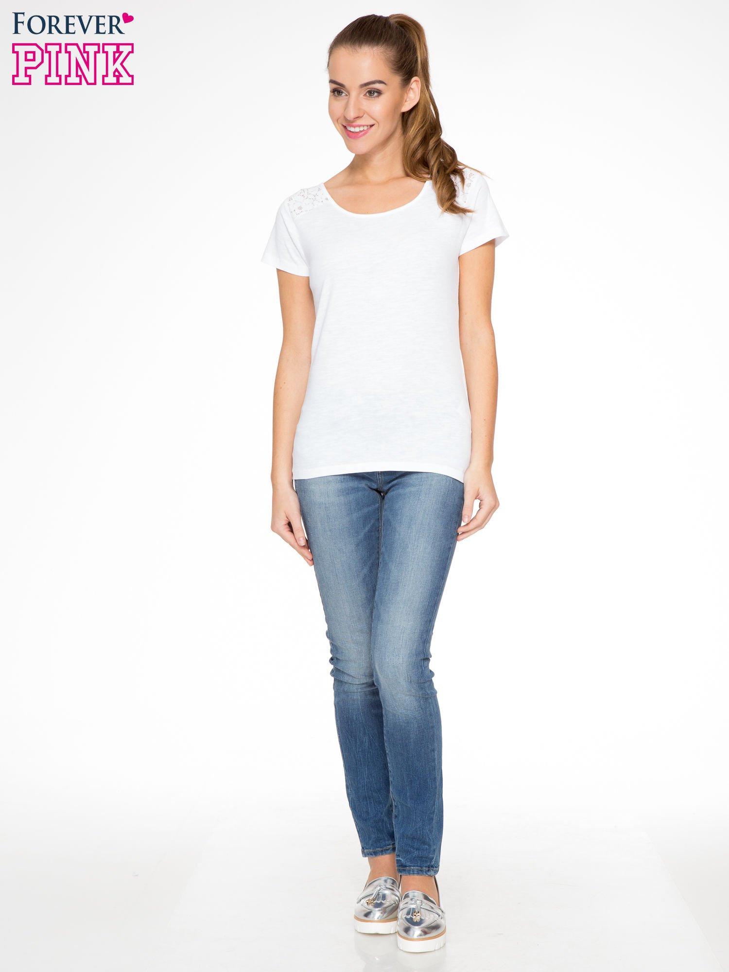 Biały t-shirt z koronkową wstawką na ramionach                                  zdj.                                  4