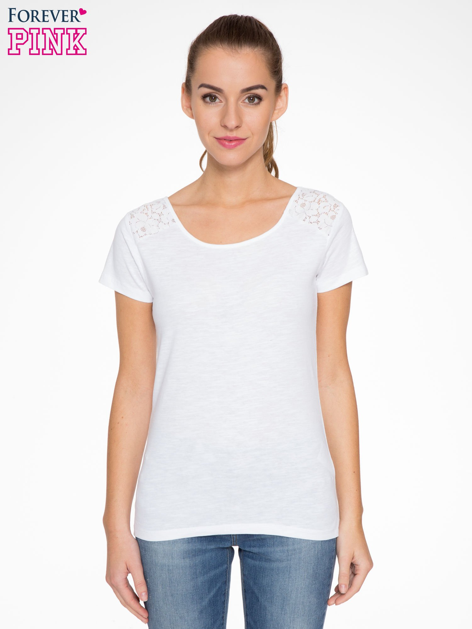 Biały t-shirt z koronkową wstawką na ramionach                                  zdj.                                  1