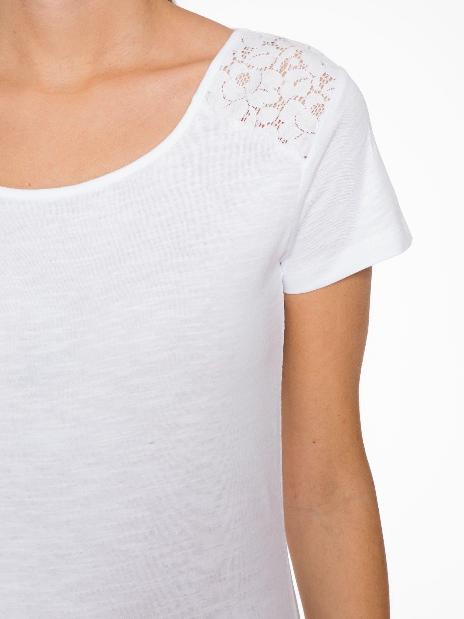 Biały t-shirt z koronkową wstawką na ramionach                                  zdj.                                  5