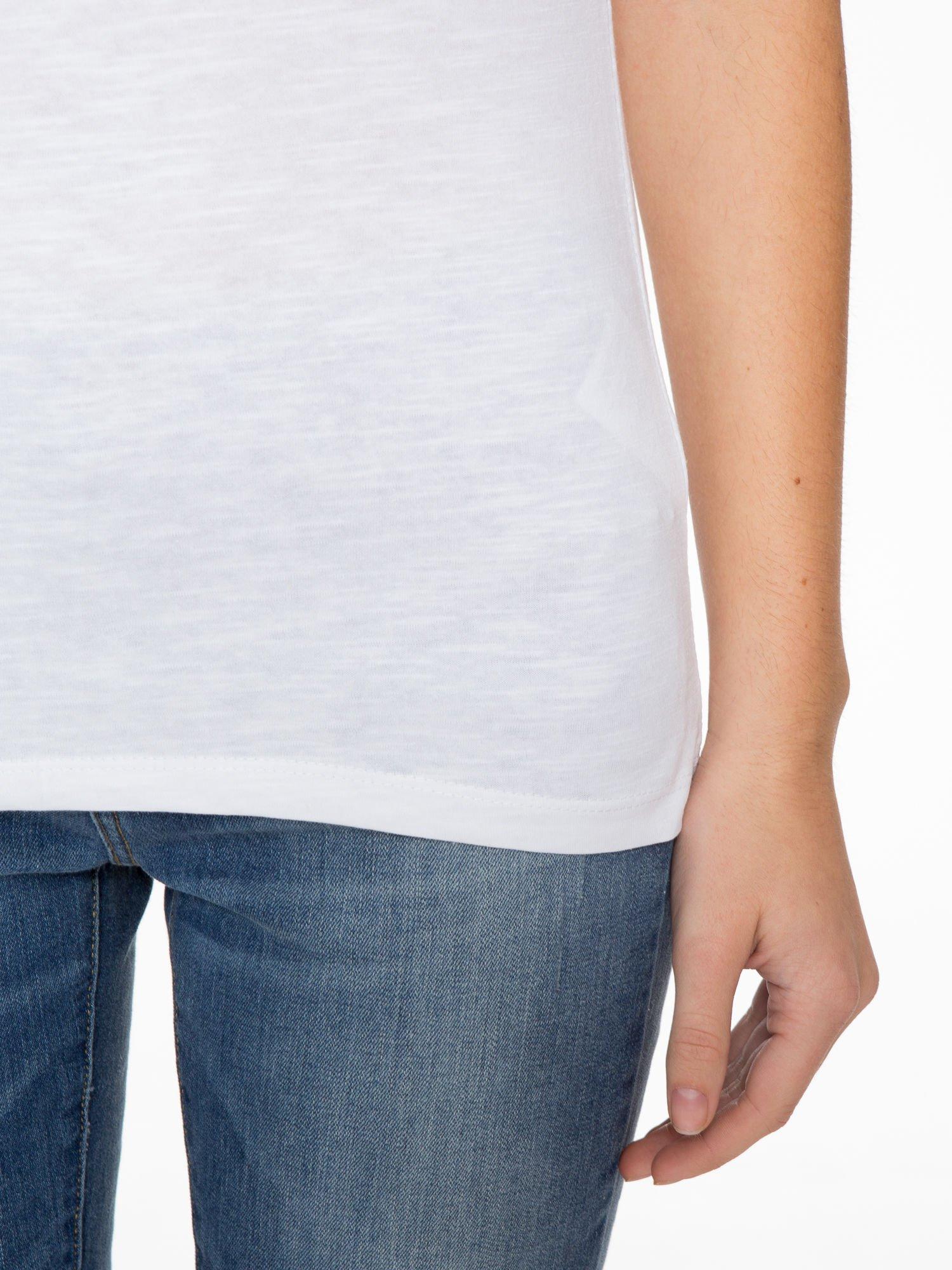 Biały t-shirt z koronkową wstawką na ramionach                                  zdj.                                  6