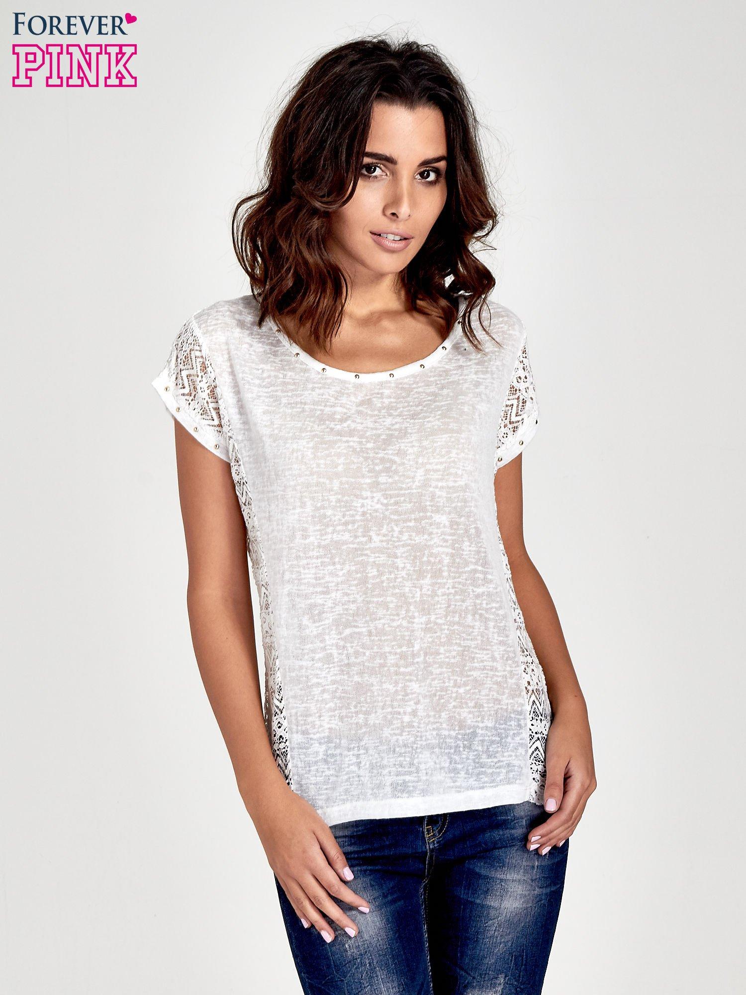 Biały t-shirt z koronkowym tyłem i dżetami                                  zdj.                                  1