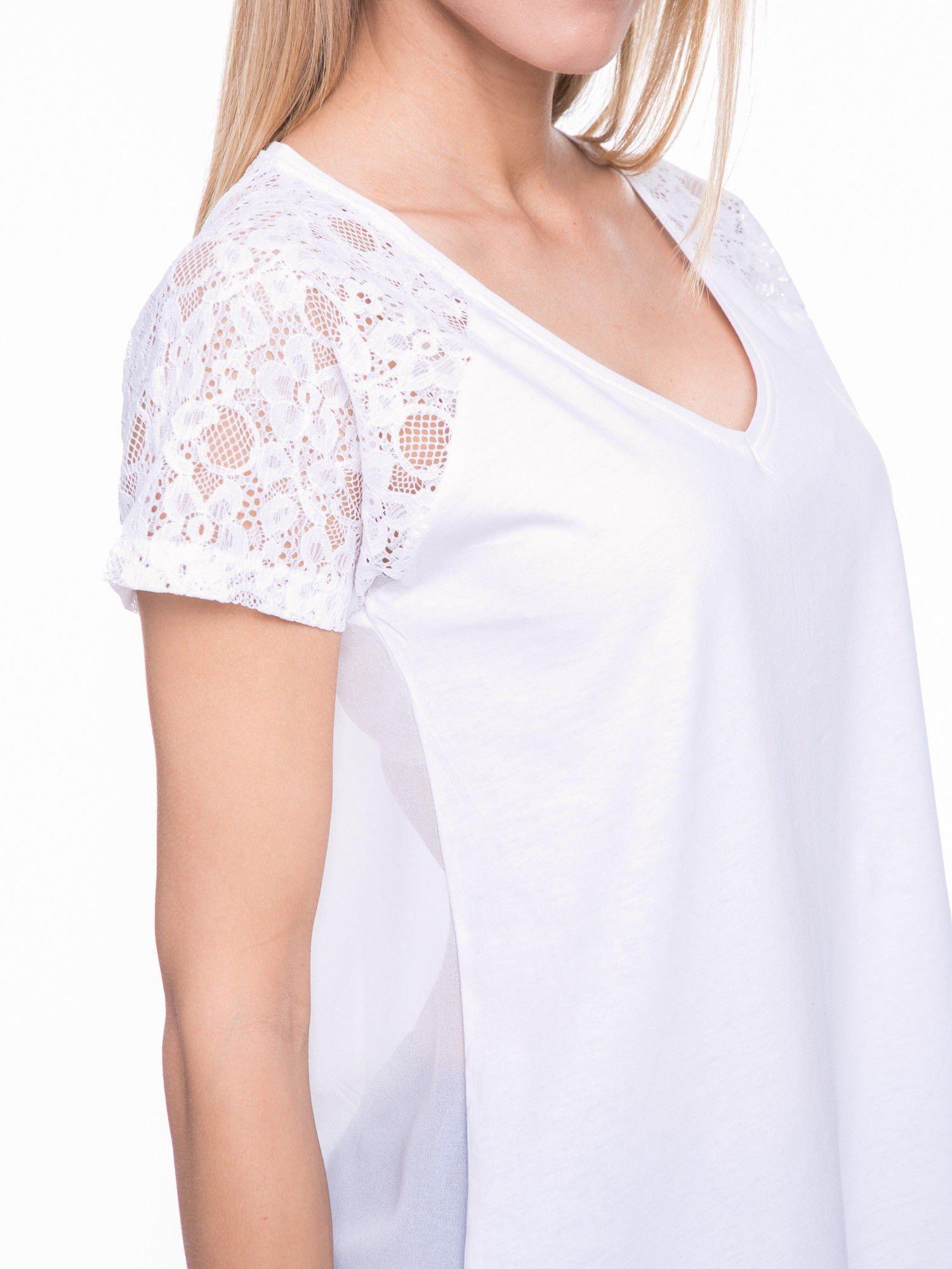 Biały t-shirt z koronkowymi rękawami i szyfonowym tyłem                                  zdj.                                  5