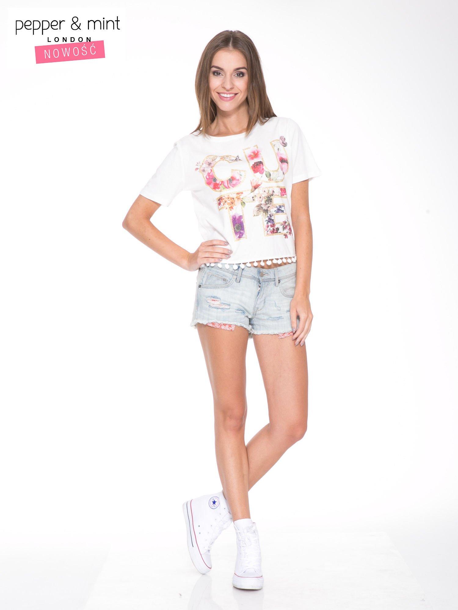 Biały t-shirt z nadrukiem CUTE i pomponami w stylu etno                                  zdj.                                  5