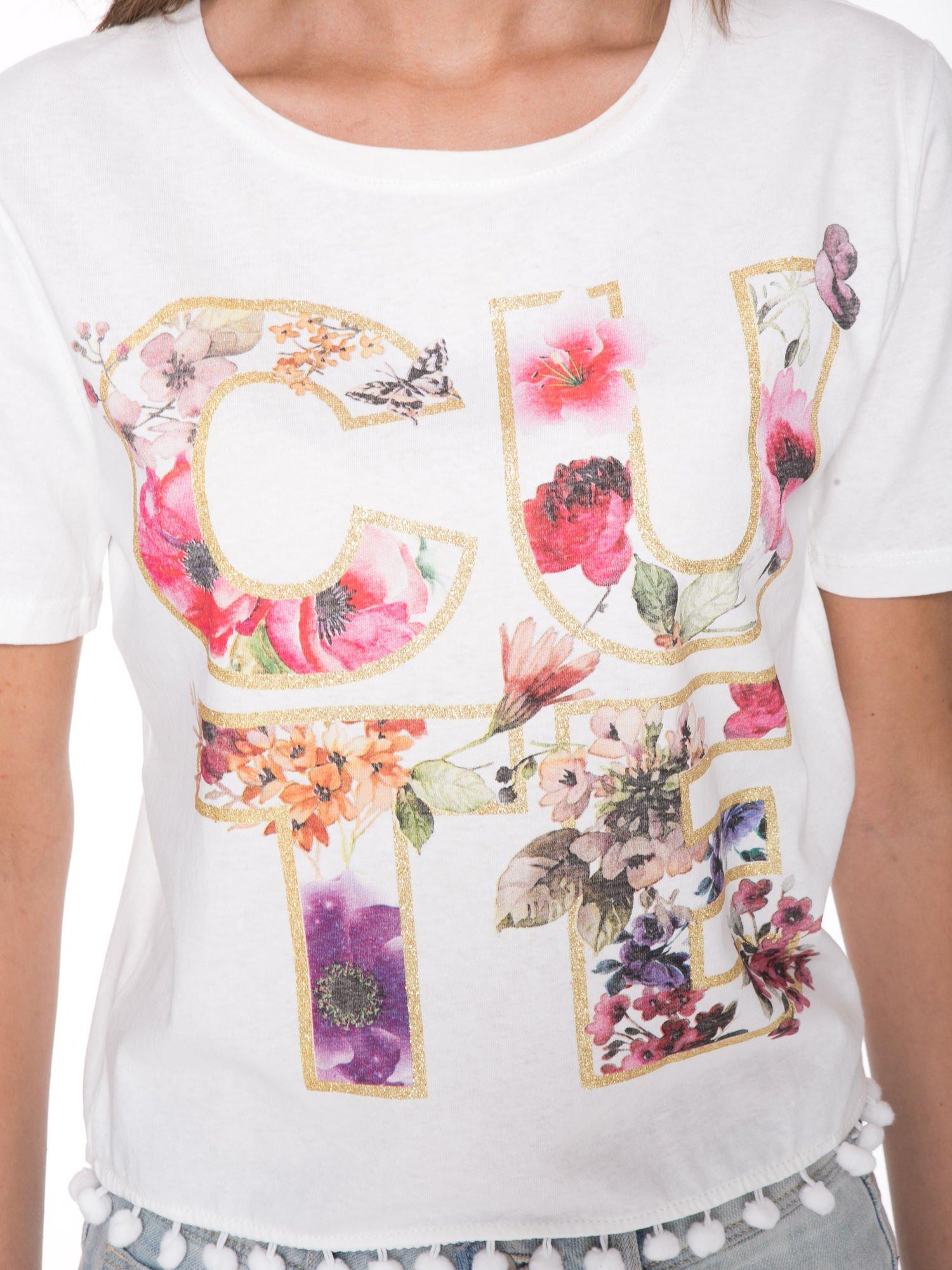 Biały t-shirt z nadrukiem CUTE i pomponami w stylu etno                                  zdj.                                  6