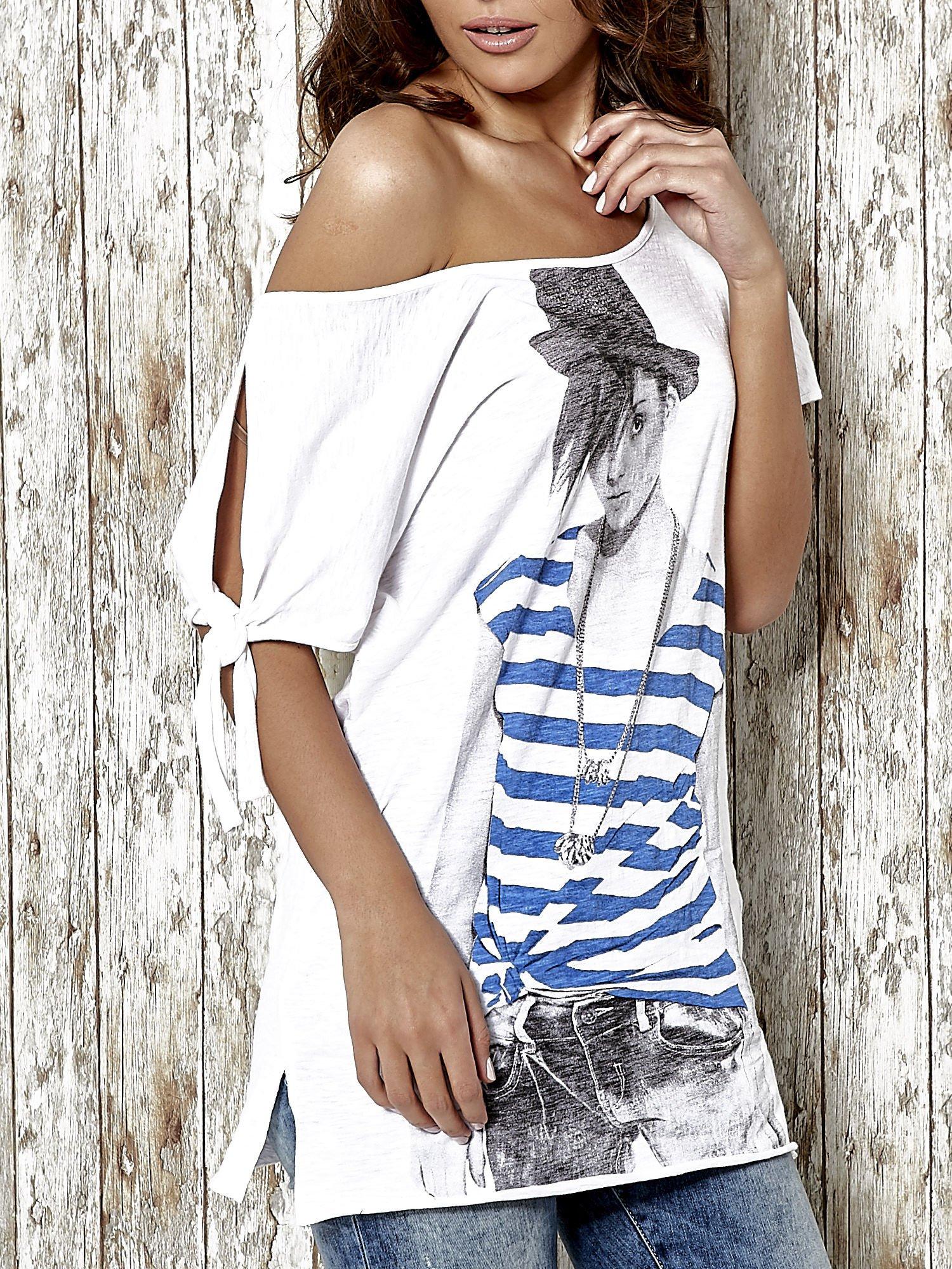 Biały t-shirt z nadrukiem dziewczyny Funk n Soul                                  zdj.                                  5