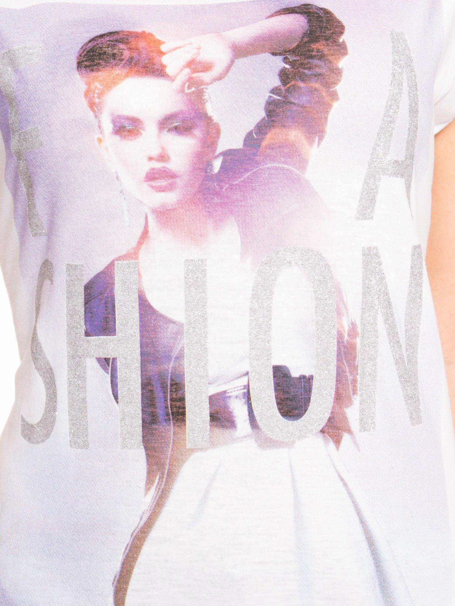 Biały t-shirt z nadrukiem fashion                                  zdj.                                  5
