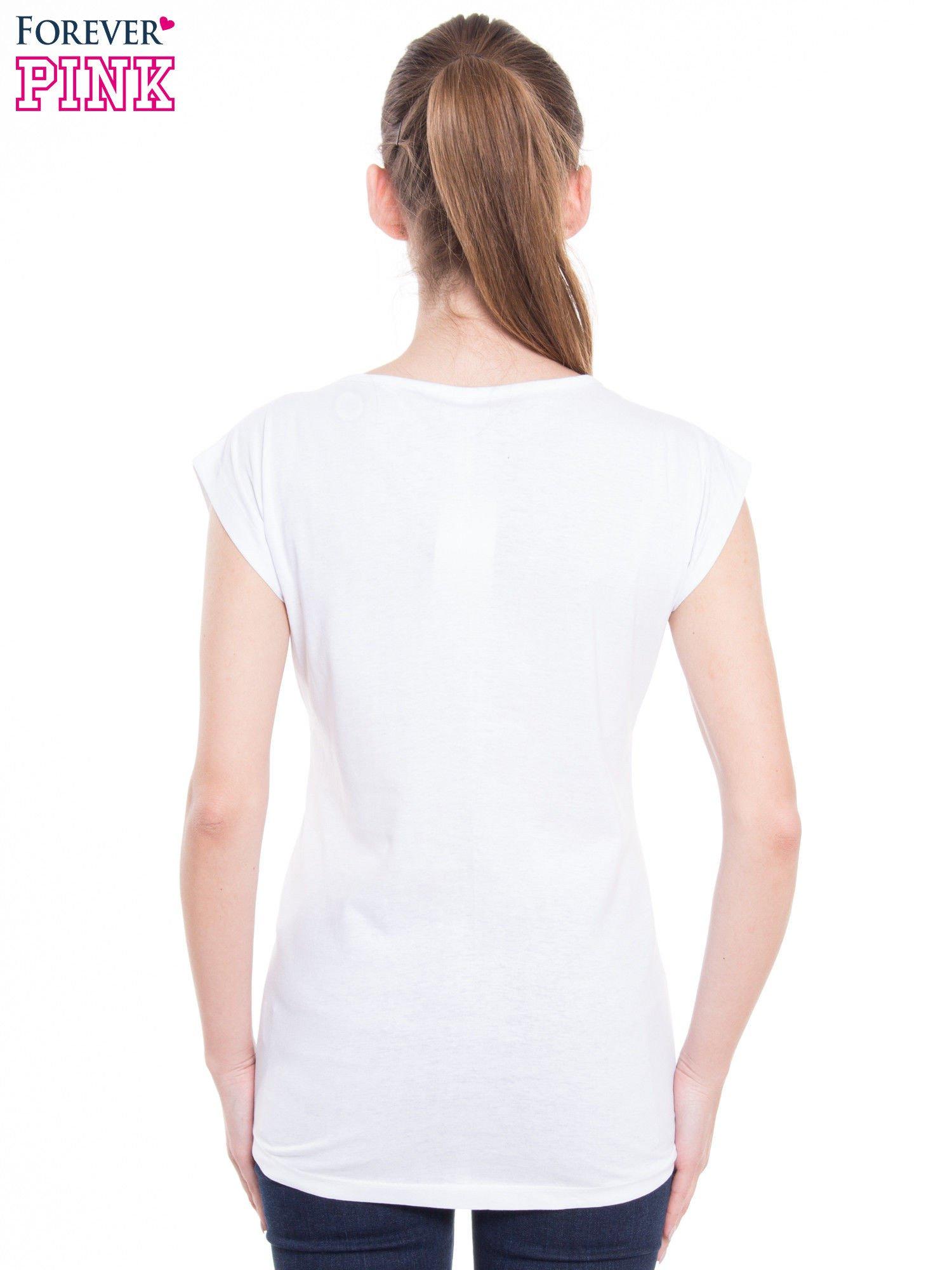 Biały t-shirt z nadrukiem kobiety i napisem PRETTY                                  zdj.                                  3