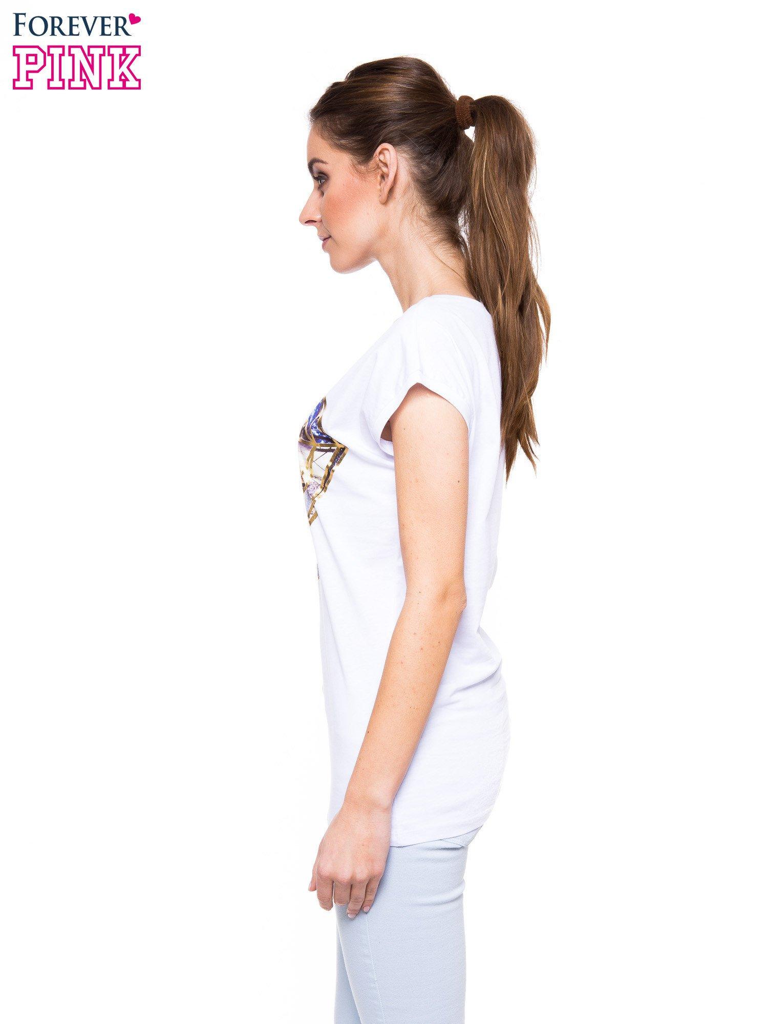 Biały t-shirt z nadrukiem miast                                  zdj.                                  2