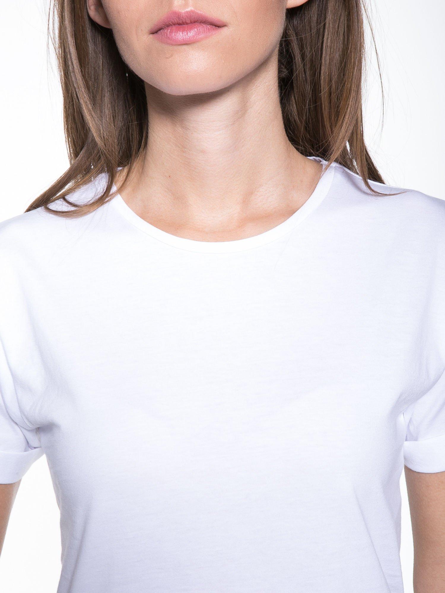 Biały t-shirt z nadrukiem numerycznym KAWAKUBO 42 z tyłu                                   zdj.                                  9