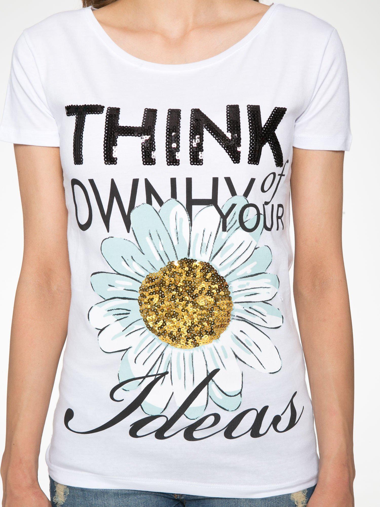 Biały t-shirt z nadrukiem stokrotki z dżetami                                  zdj.                                  7