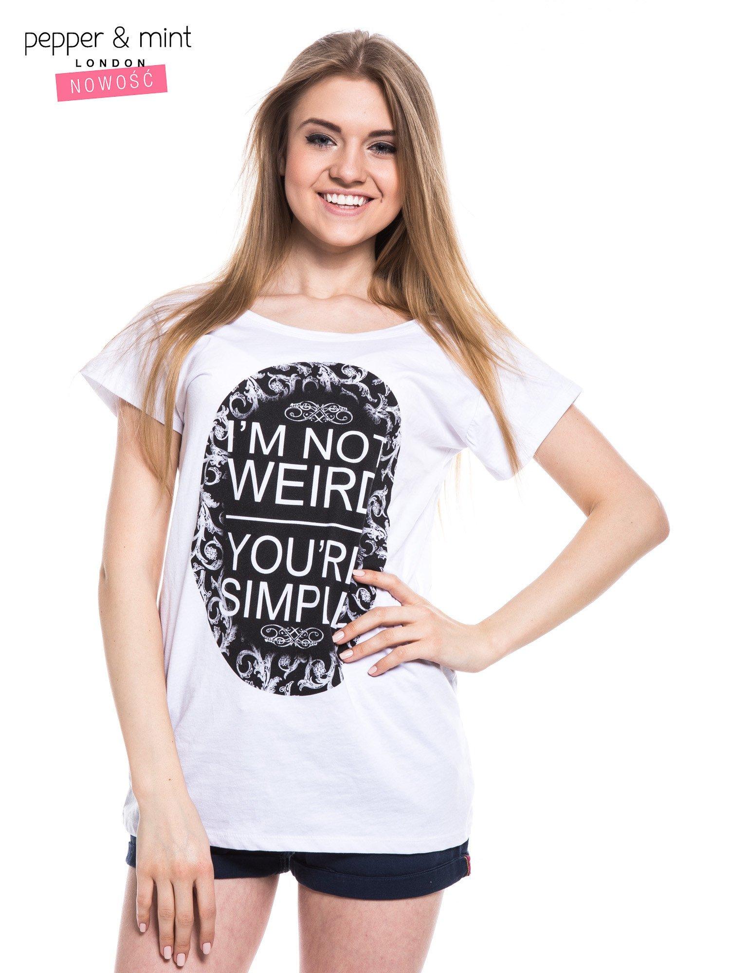 Biały t-shirt z nadrukiem tekstowym i dekoltem na plecach                                  zdj.                                  1