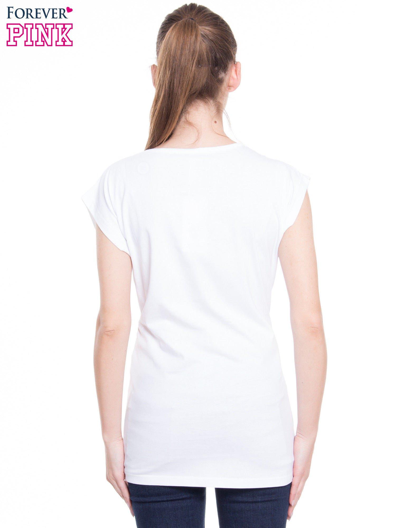 Biały t-shirt z nadrukiem w stylu high fashion                                  zdj.                                  3
