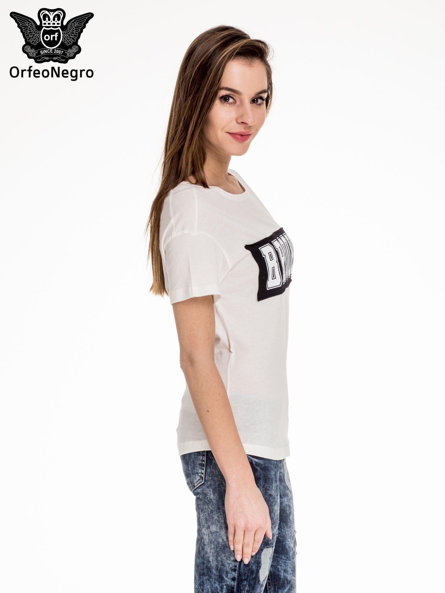 Biały t-shirt z napisem BROOKLYN                                  zdj.                                  3