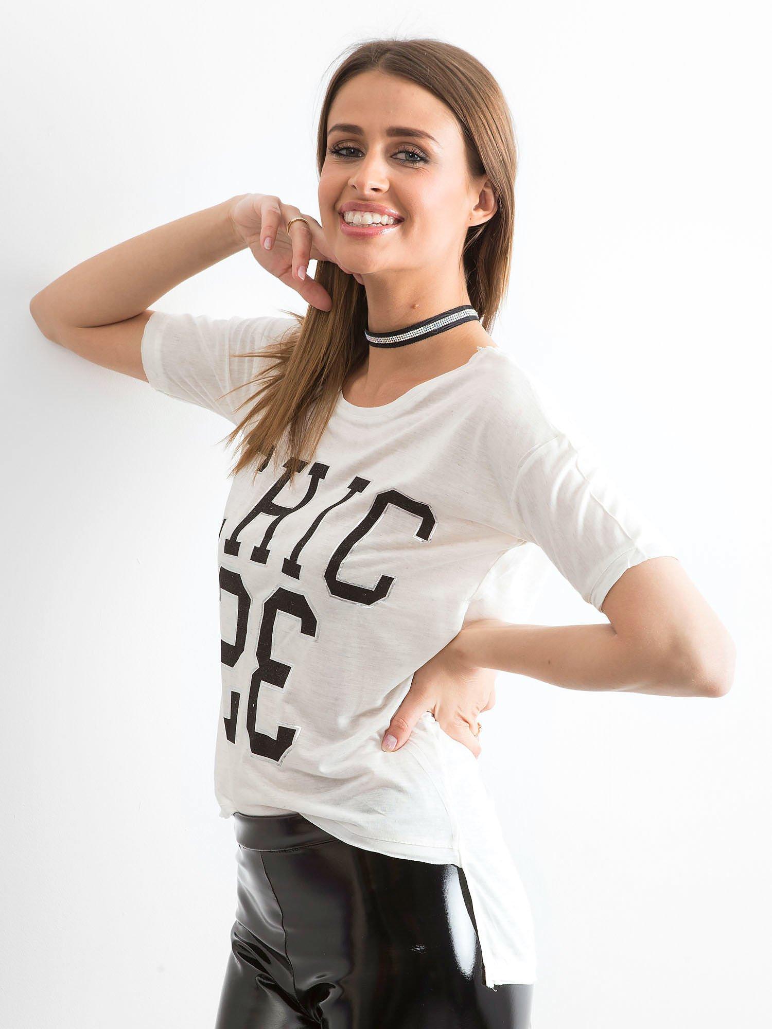 Biały t-shirt z napisem CHIC 23                                  zdj.                                  4
