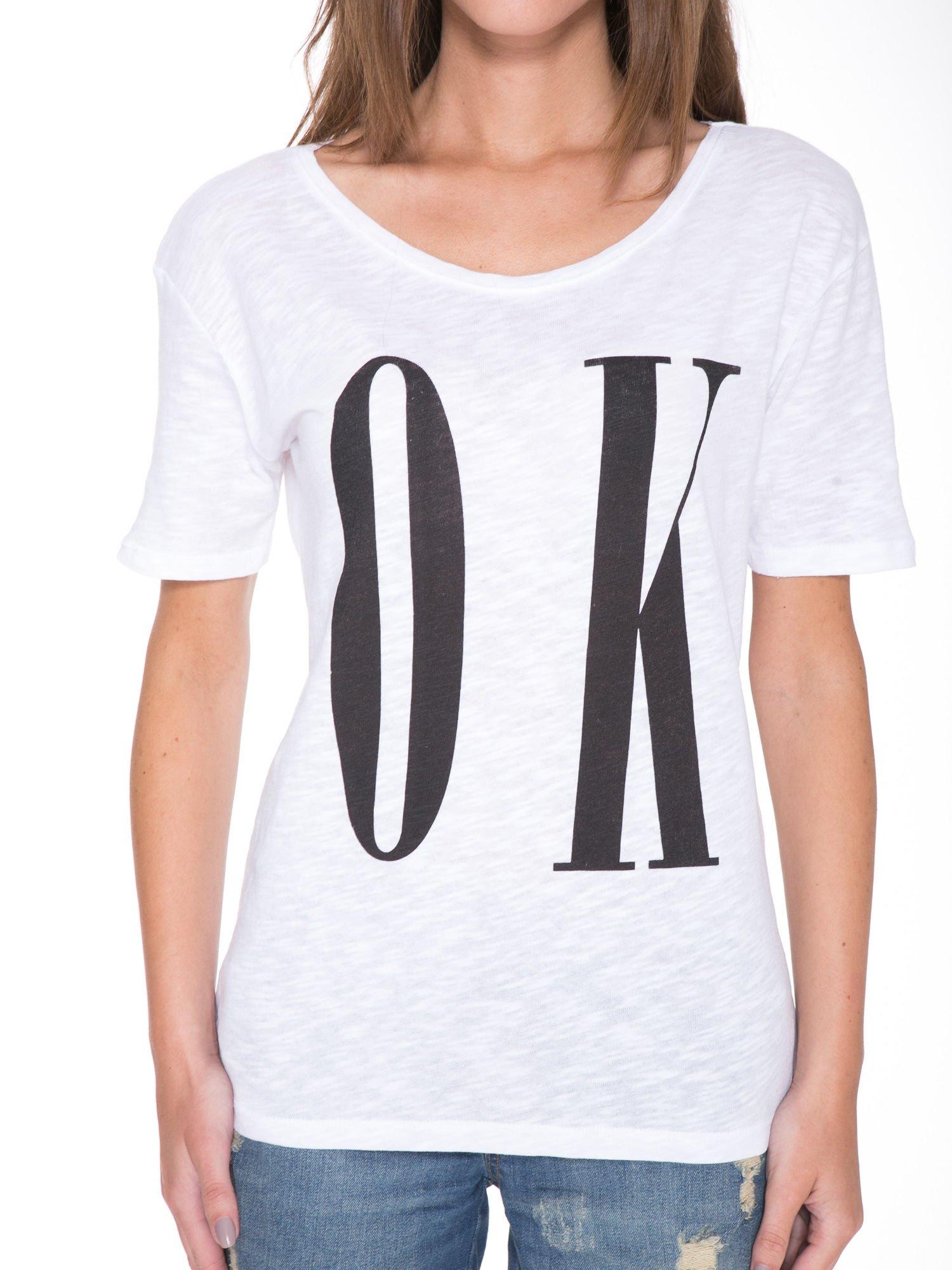 Biały t-shirt z napisem OK                                  zdj.                                  6