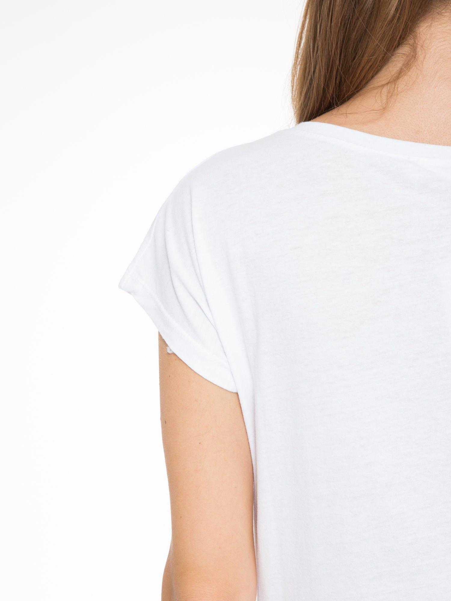 Biały t-shirt z napisem SHE LOVED                                  zdj.                                  8