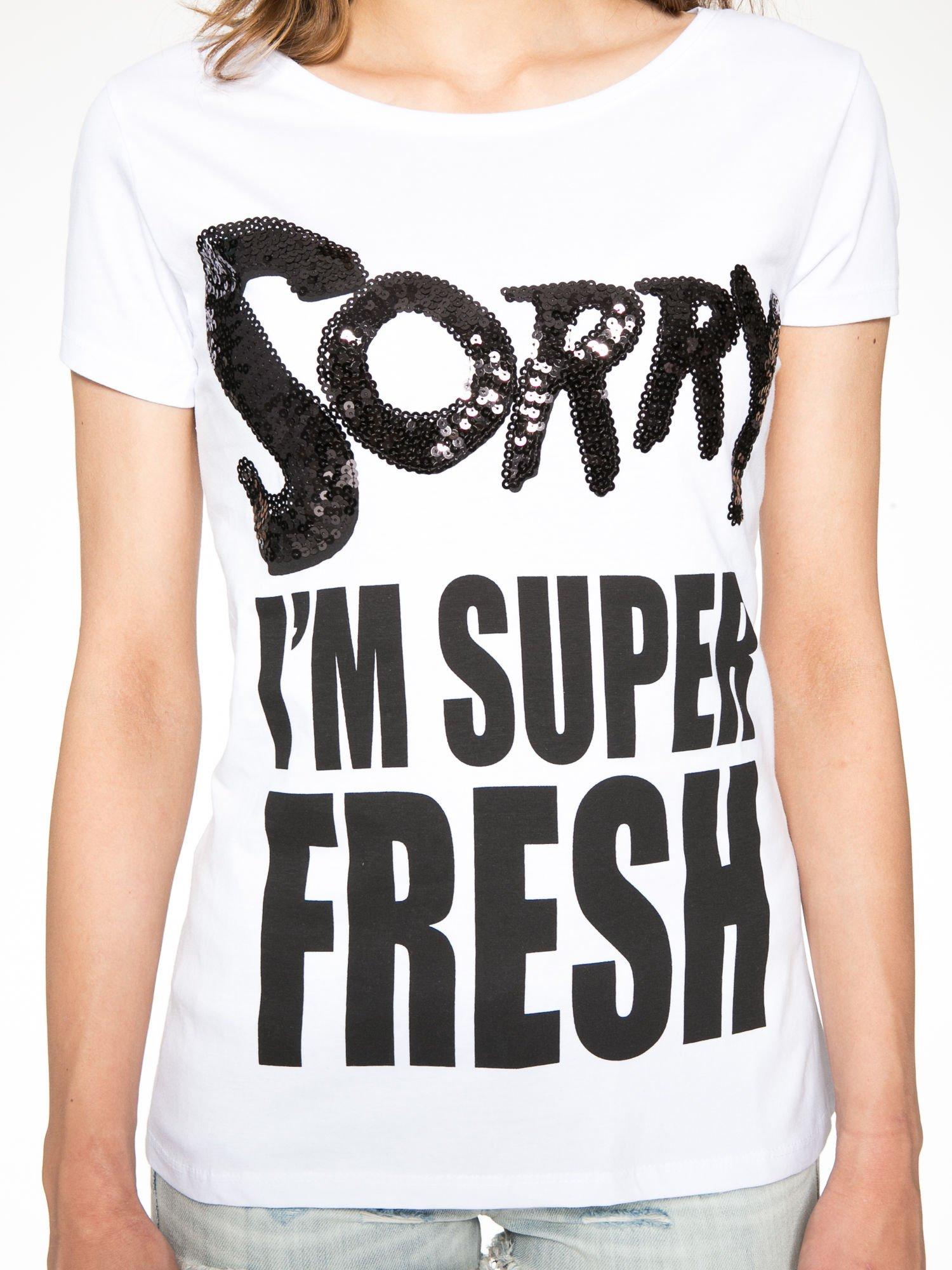 Biały t-shirt z napisem SORRY I'M SUPER FRESH z dżetami                                  zdj.                                  7