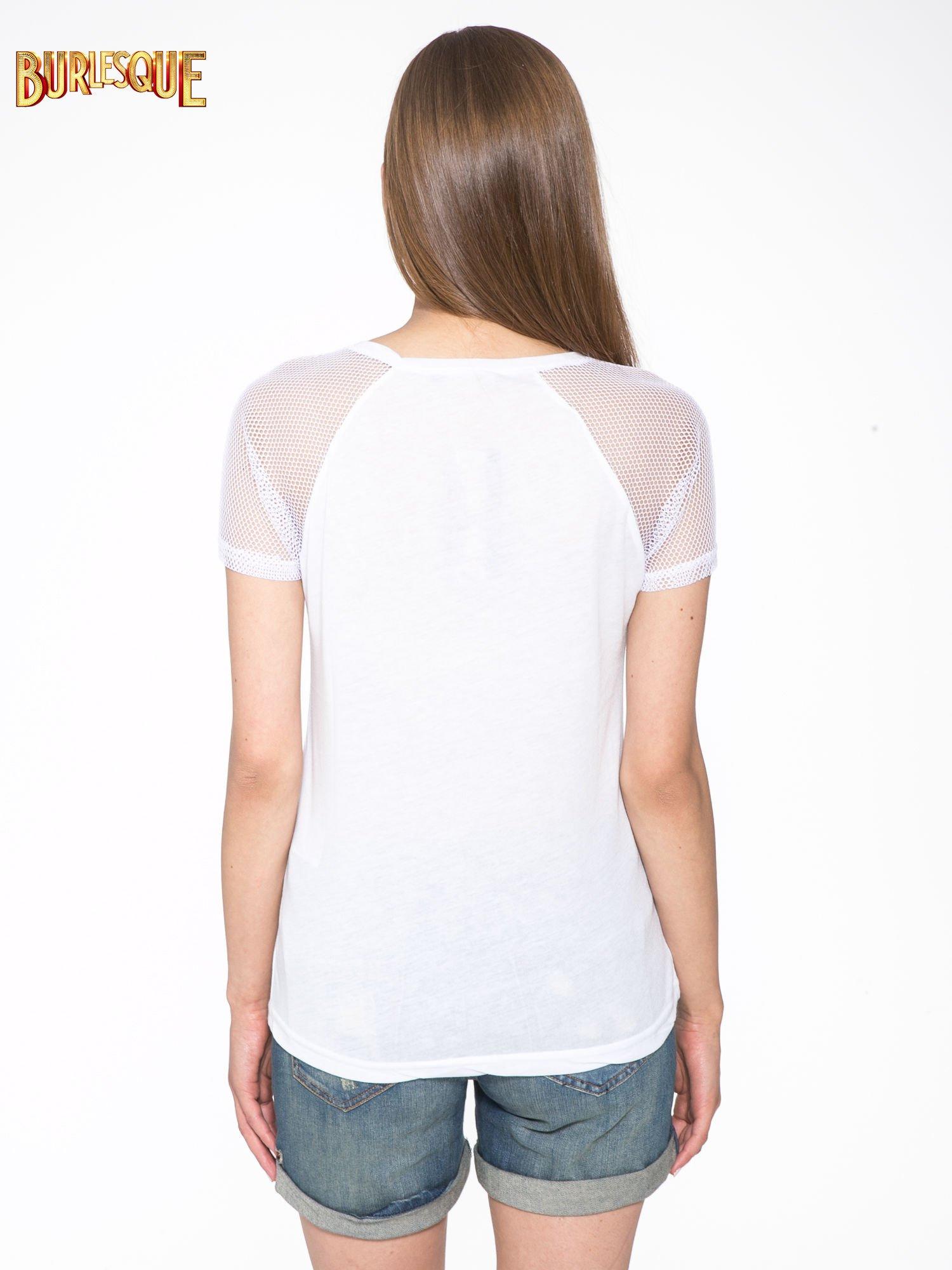Biały t-shirt z napisem i siateczkowymi rękawami                                  zdj.                                  4