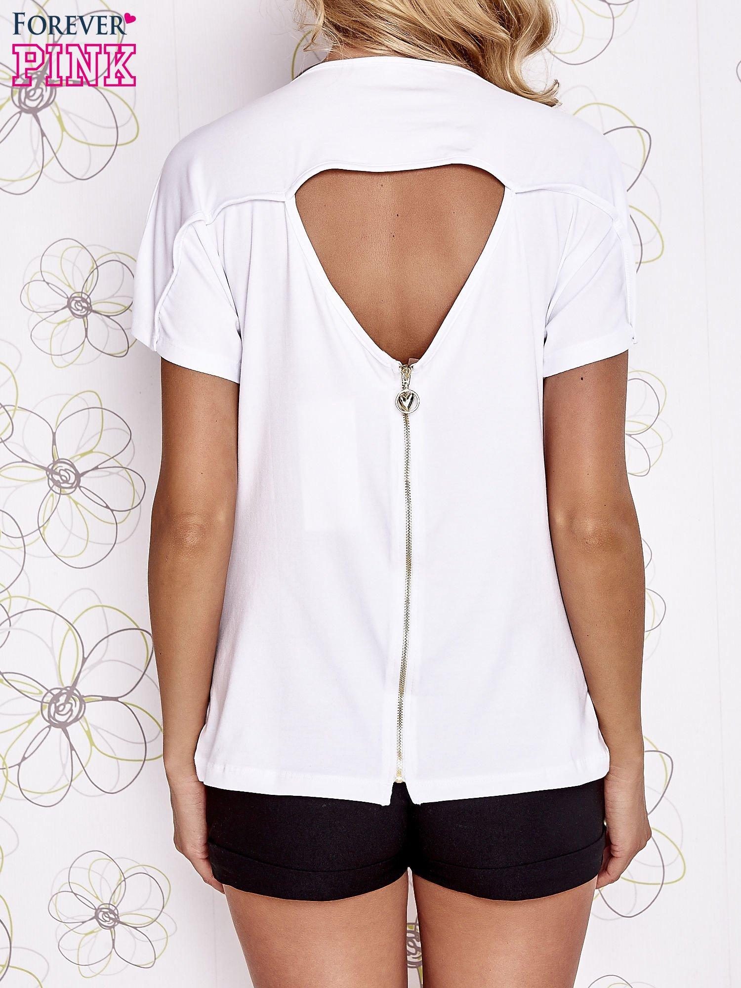 Biały t-shirt z napisem i trójkątnym wycięciem na plecach                                  zdj.                                  4