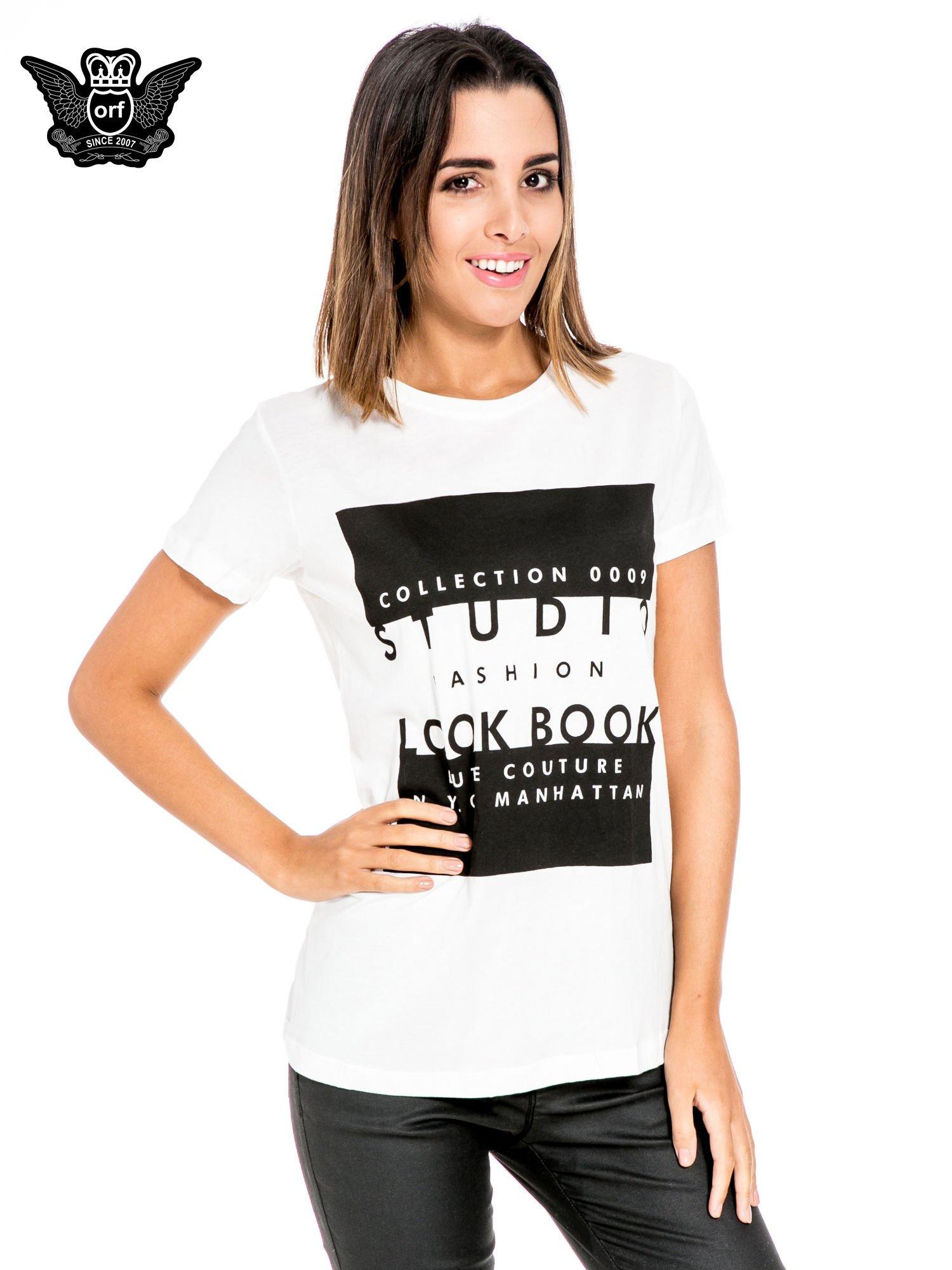 Biały t-shirt z napisem w stylu fashion                                  zdj.                                  1